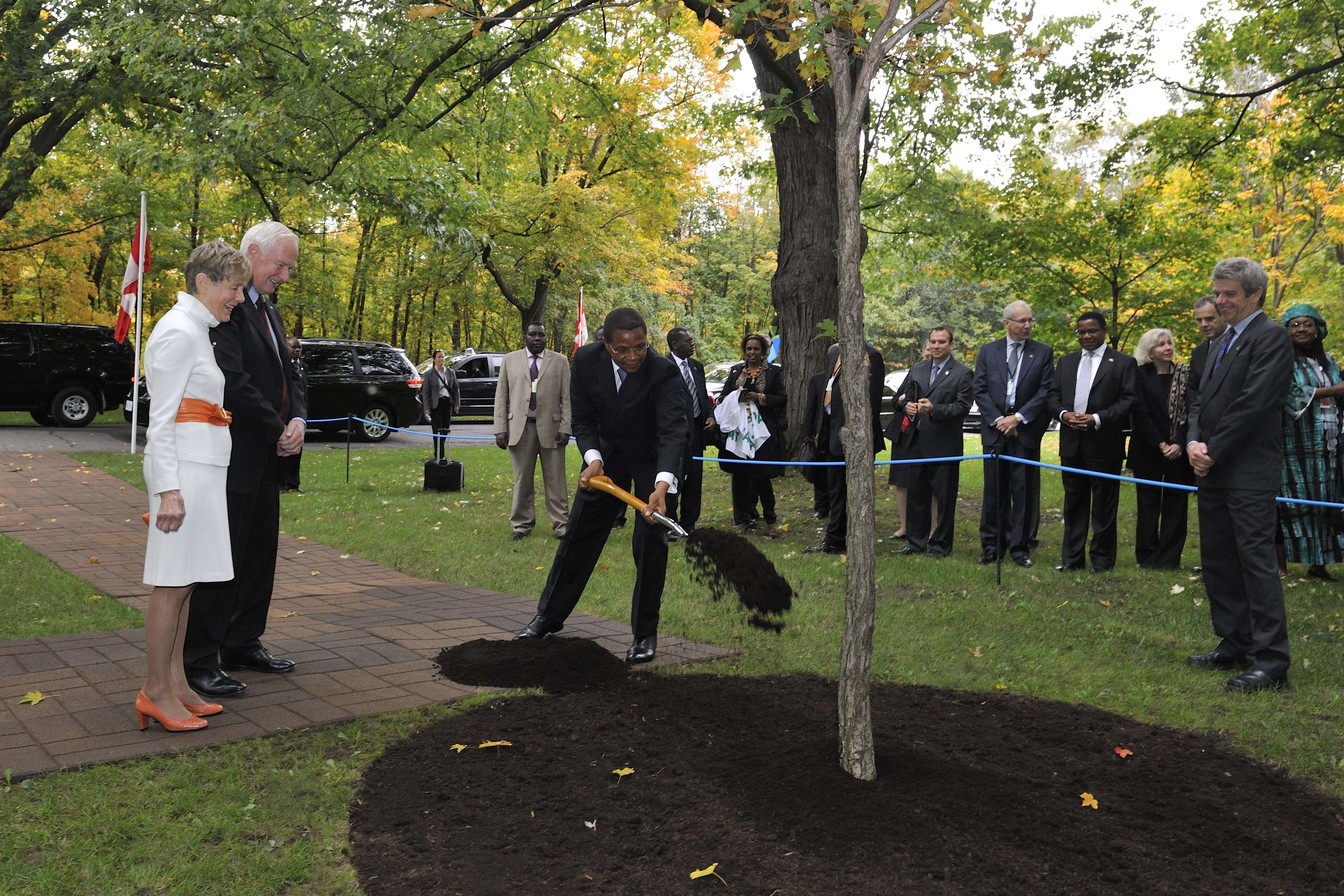 President Kikwete planted a bur oak (Quercus macrocarpa) along the main drive at Rideau Hall to commemorate his State visit to Canada.
