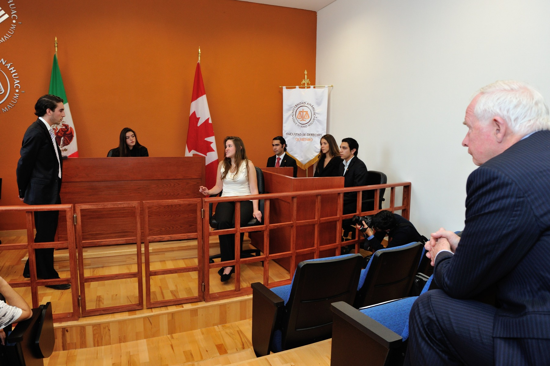 The Governor General took a short tour of Anáhuac University, during which he saw the law school's mock courtroom.