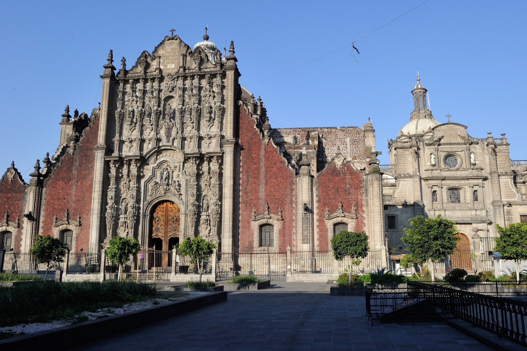 Their Excellencies and the delegation saw the Metropolitain Cathedral, the largest church in Latin America and home to numerous art treasures.