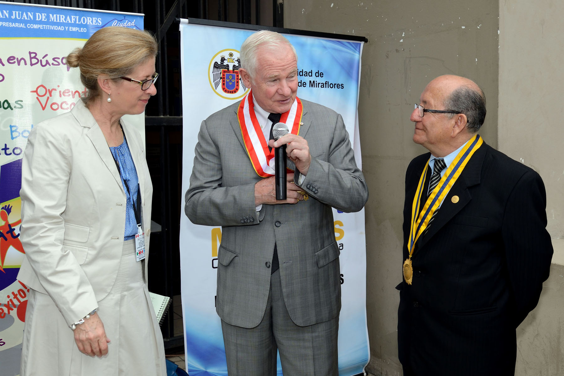 During his visit to the Centro de Jóvenes y Empleo, His Excellency the Right Honourable David Johnston, Governor General of Canada, received the civic medal from His Worship Adolfo Ocampo Varga, Mayor of San Juan Miraflores (right).