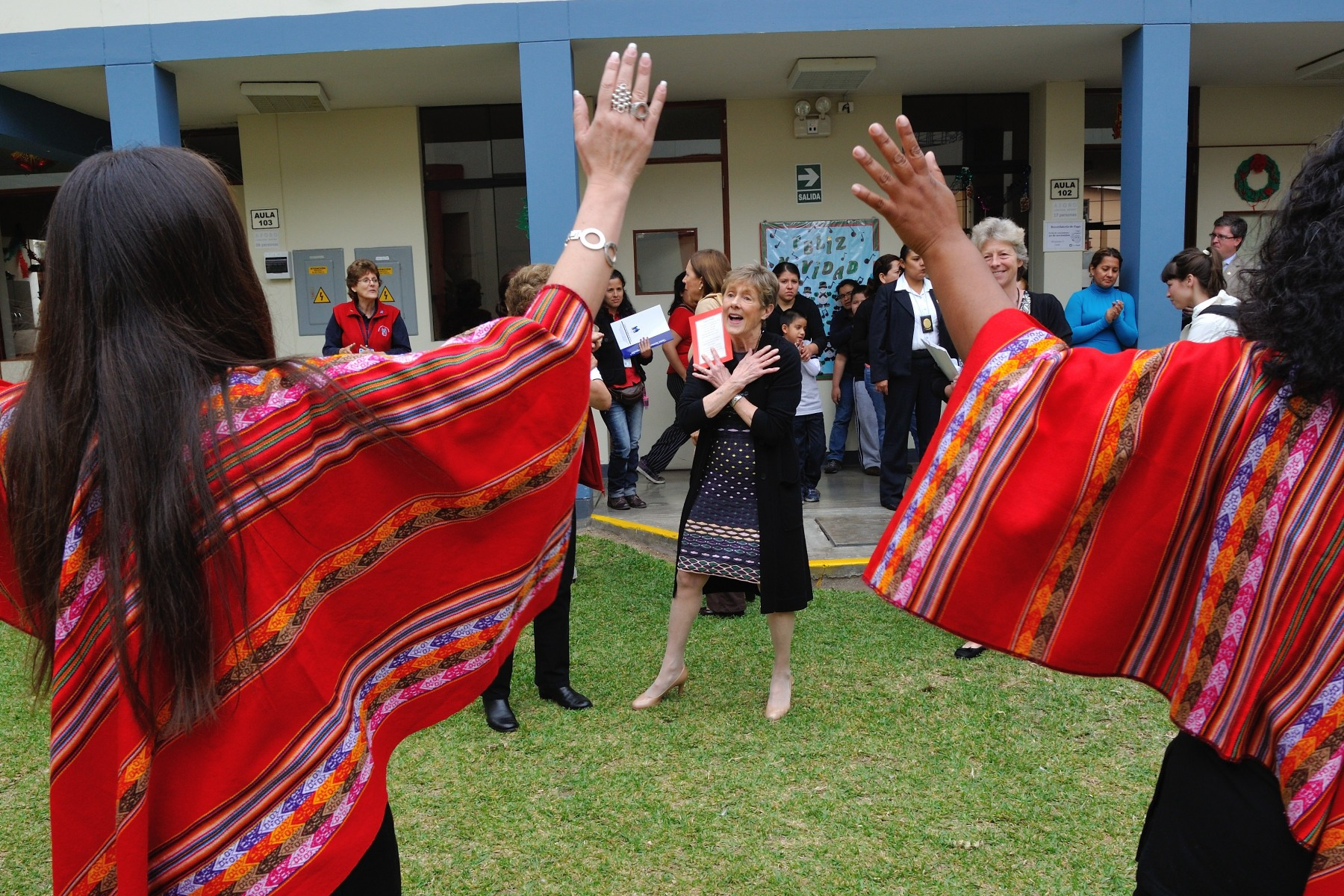 Her Excellency danced with mothers who benefit from the services offered at the centre.
