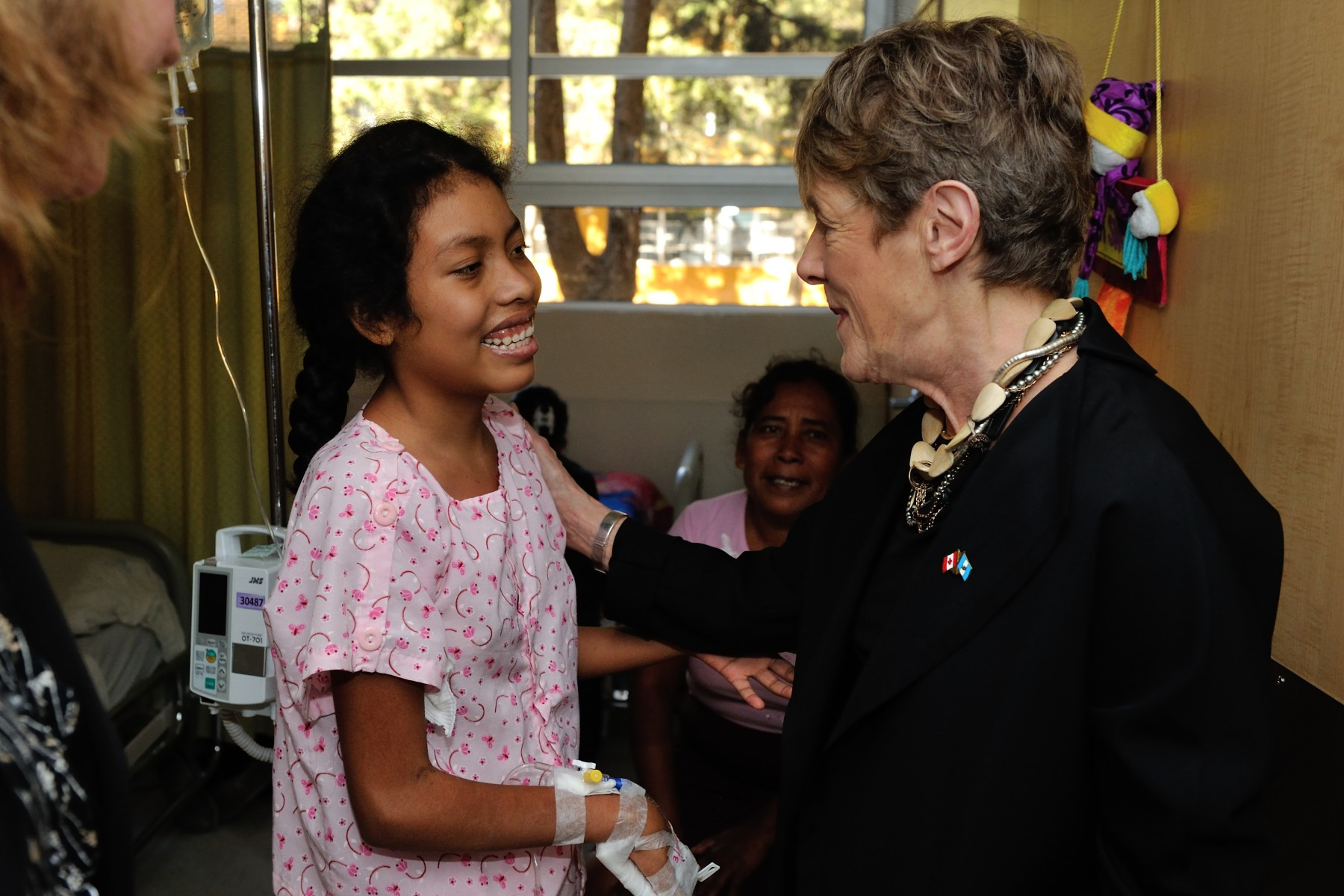 Her Excellency then met with hospitalized children. The foundation brings much-needed assistance and hope to children and families who are unable to pay for treatment. Its integral program includes the use of internationally approved treatments, intensive care, infection management, nutrition and palliative care, and supports the development of specialized activities in the psychosocial area. Additionally, it provides transportation and housing for families in need.