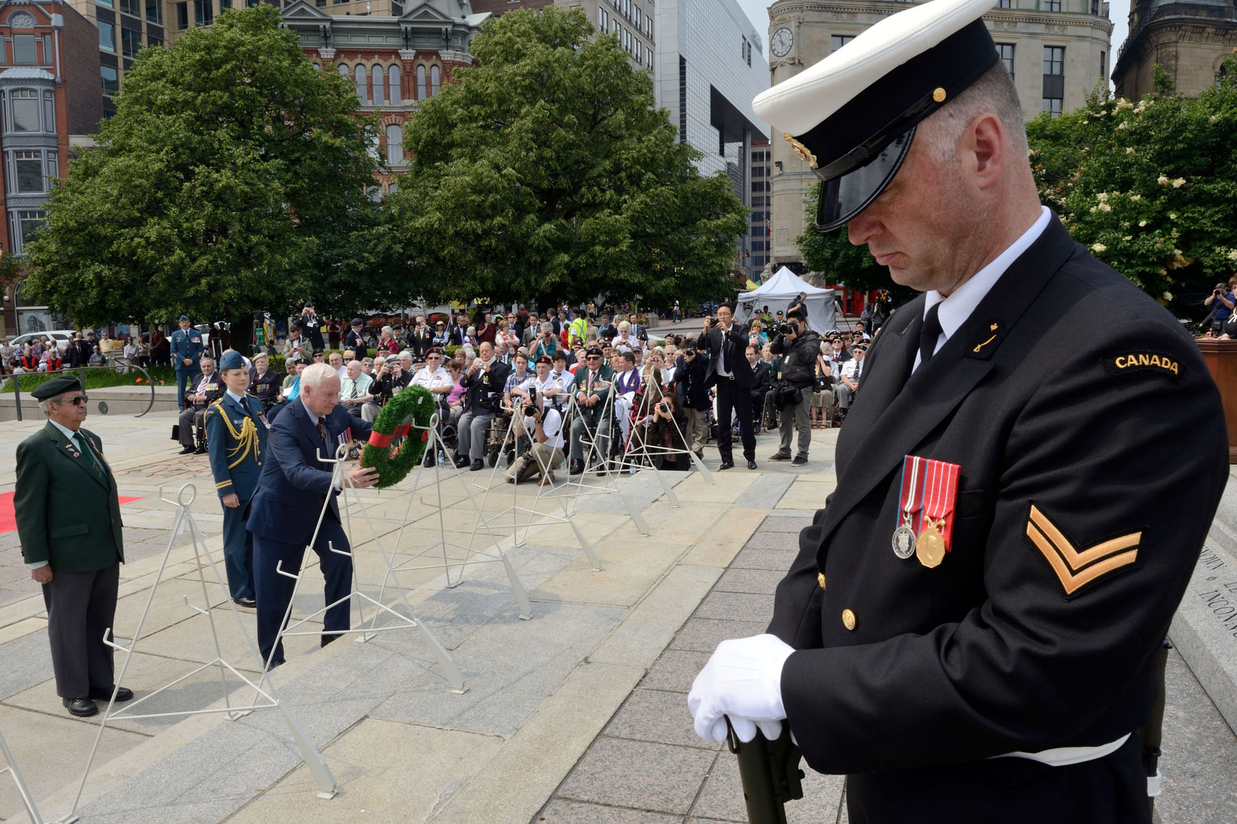 As commander-in-chief of Canada, His Excellency laid a wreath on behalf of the people of Canada, to pay tribute to the 26 000 Canadian men and women who came to the aid of South Koreans during the Korean War, and to the 516 Canadians who lost their lives in service to their country.