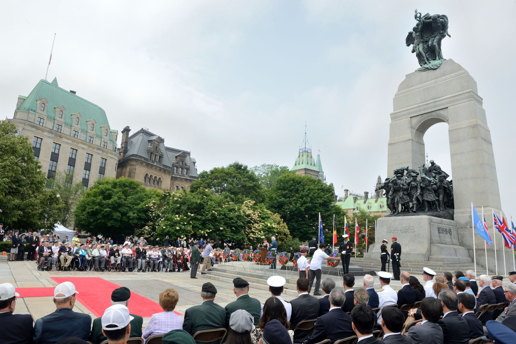 Crowds gathered around the National War Memorial to honour our Canadian veterans.