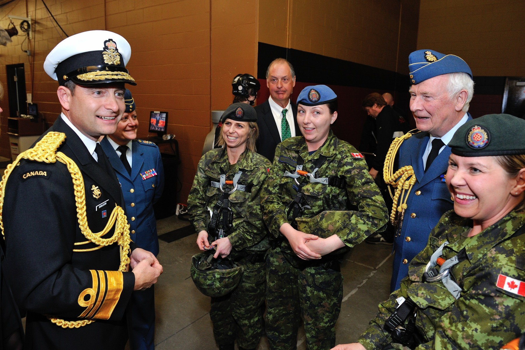 His Excellency and Vice-Admiral Donaldson met four female Canadian Forces members who conducted a rappelling demonstration onto the ice.