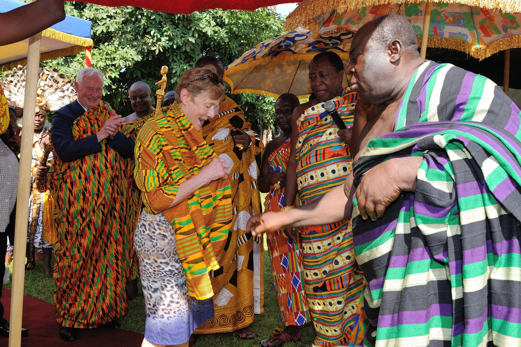 Their Excellencies tried on traditional clothing.