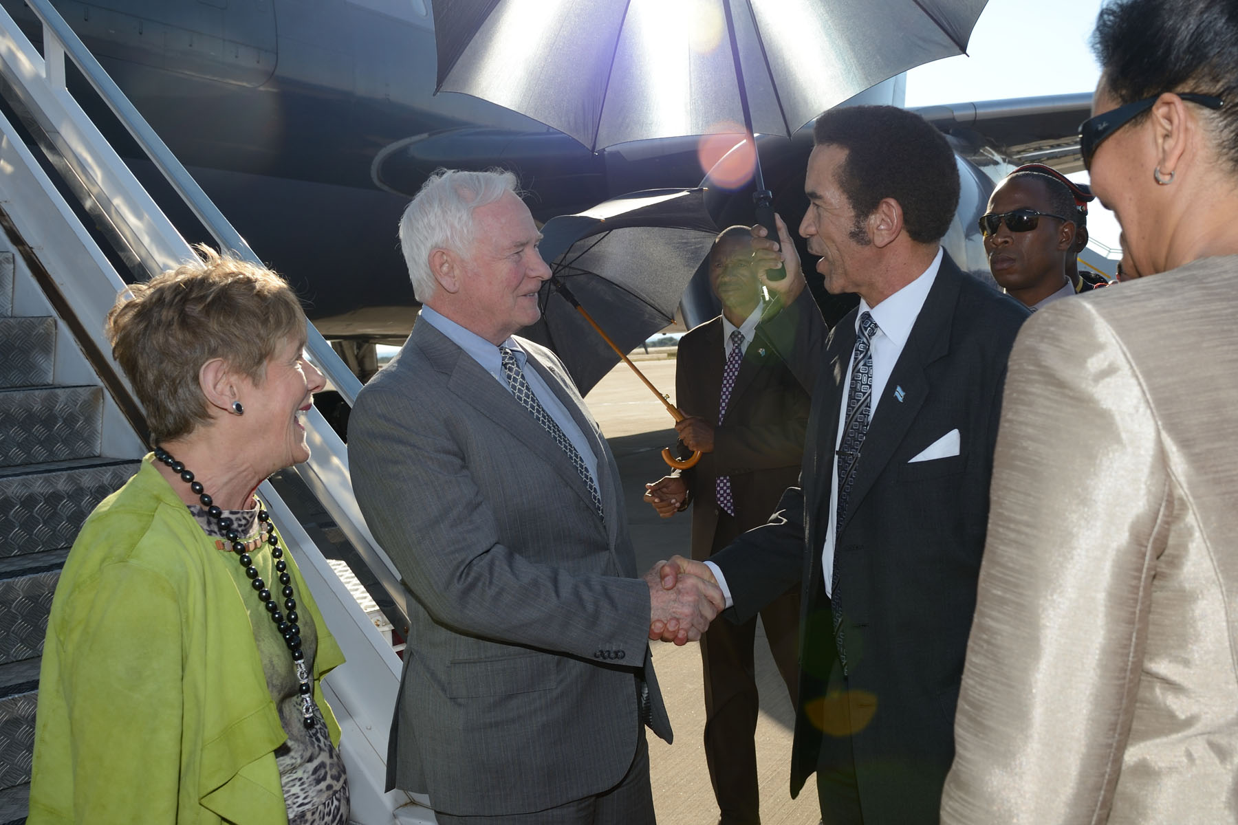 Upon their arrival in the capital city of Gaborone, Their Excellencies were officially welcomed by His Excellency Lieutenant General Seretse Khama Ian Khama, President of the Republic of Botswana, and Ms. Lisa Stadelbauer, High Commissioner of Canada to the Republic of Botswana.