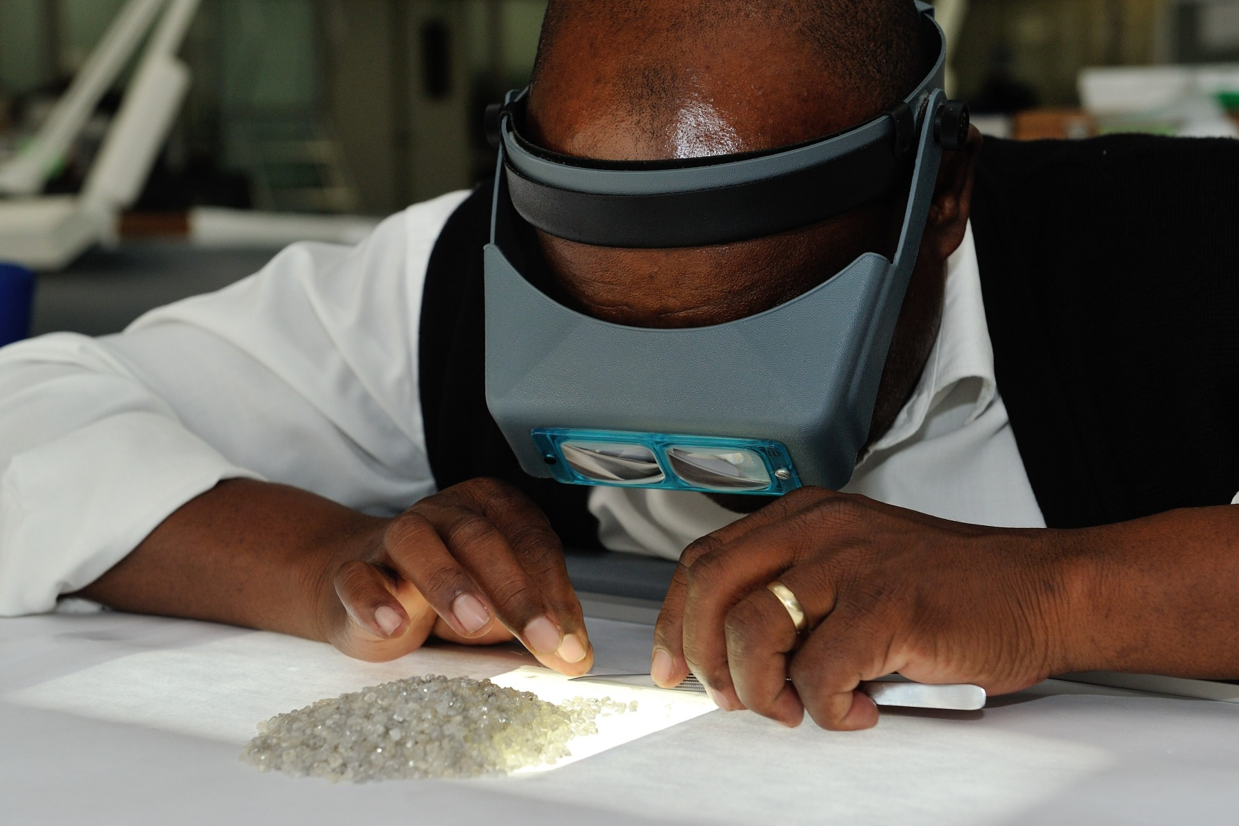 Their Excellencies, joined by the Honourable Onkokame Kitso Mokaila, Minister of Minerals, Energy and Water Resources, visited the Diamond Trading Company Botswana (DTCB) and saw first-hand how rough diamonds arriving from the mines are sorted into different categories according to their size, shape, quality and colour.