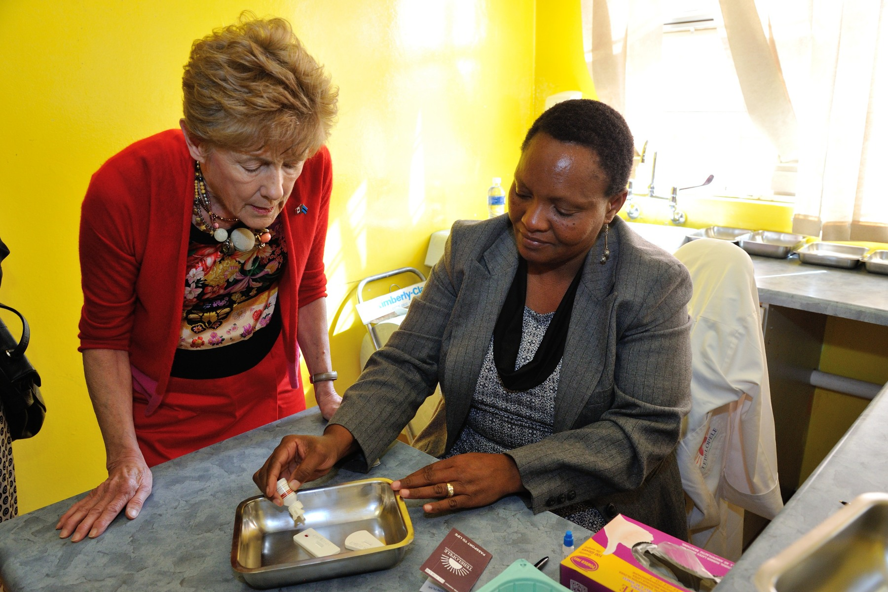 Afterwards, Her Excellency Sharon Johnston visited Tebelopele, a local HIV testing and counselling clinic that administers rapid testing to over 2 000 patients on a monthly basis.