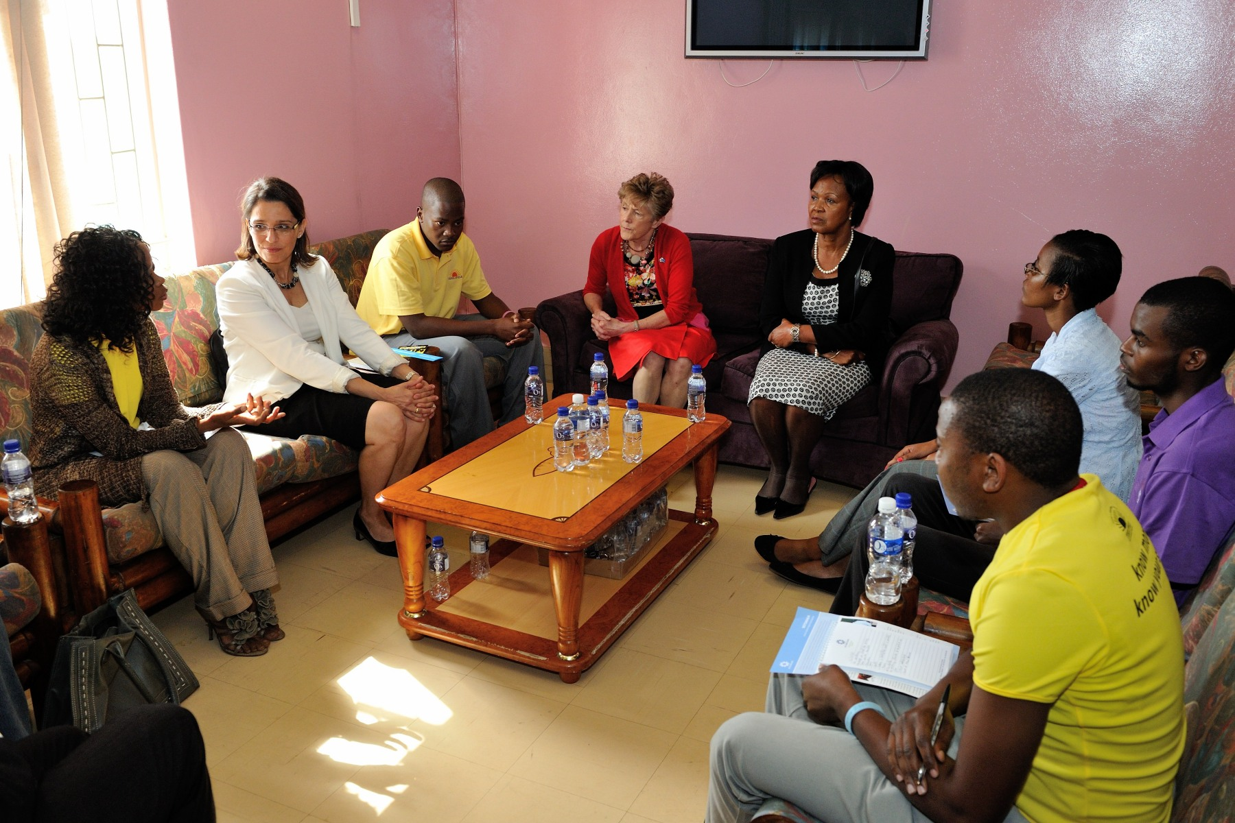 During her visit, Her Excellency had the opportunity to discuss with youth how have benefited from this clinic.