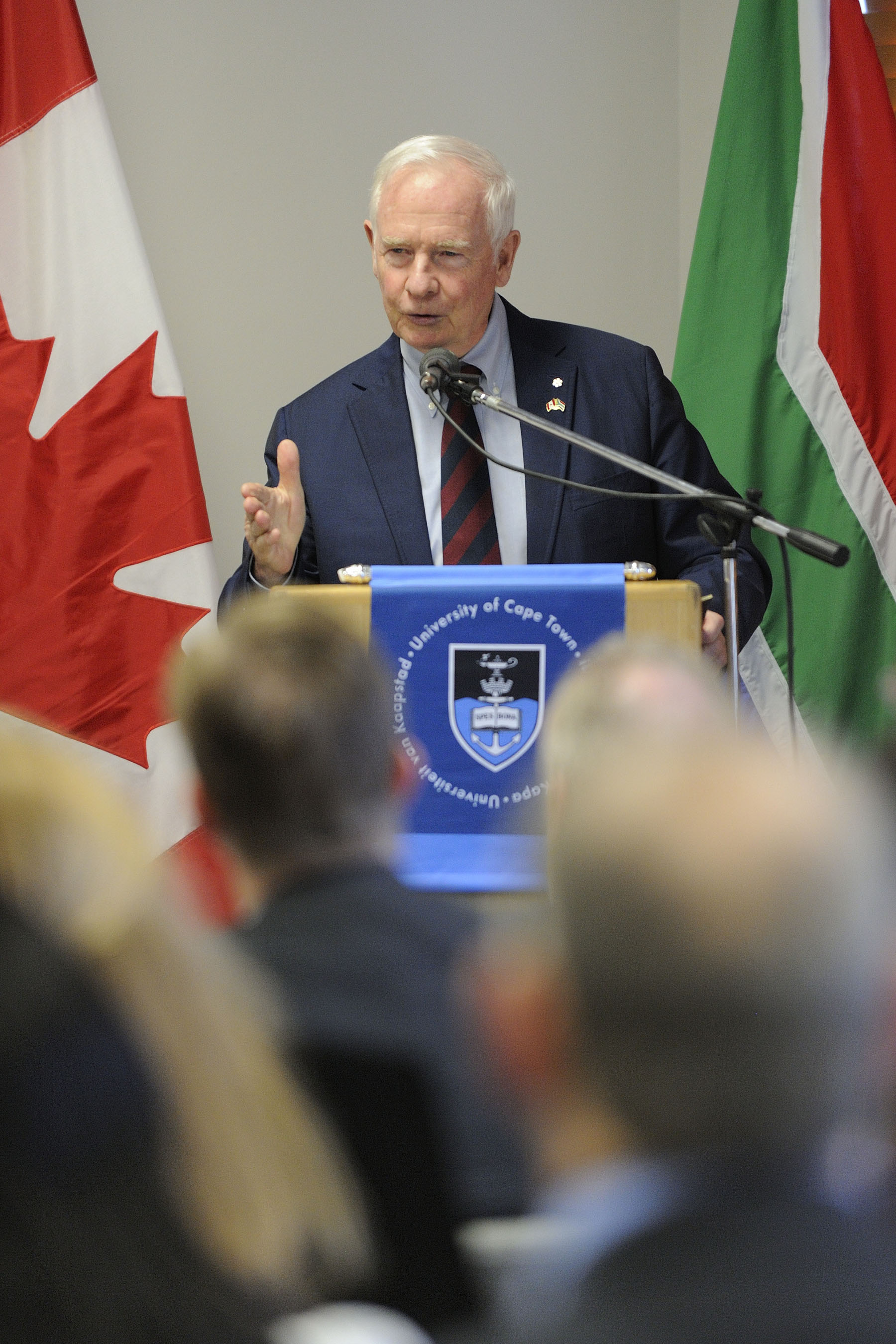 That afternoon, His Excellency delivered a keynote address at the University of Cape Town on the future co-operation between Canada and South Africa in physics and space exploration, as well as on education exchanges between universities and the private sector.