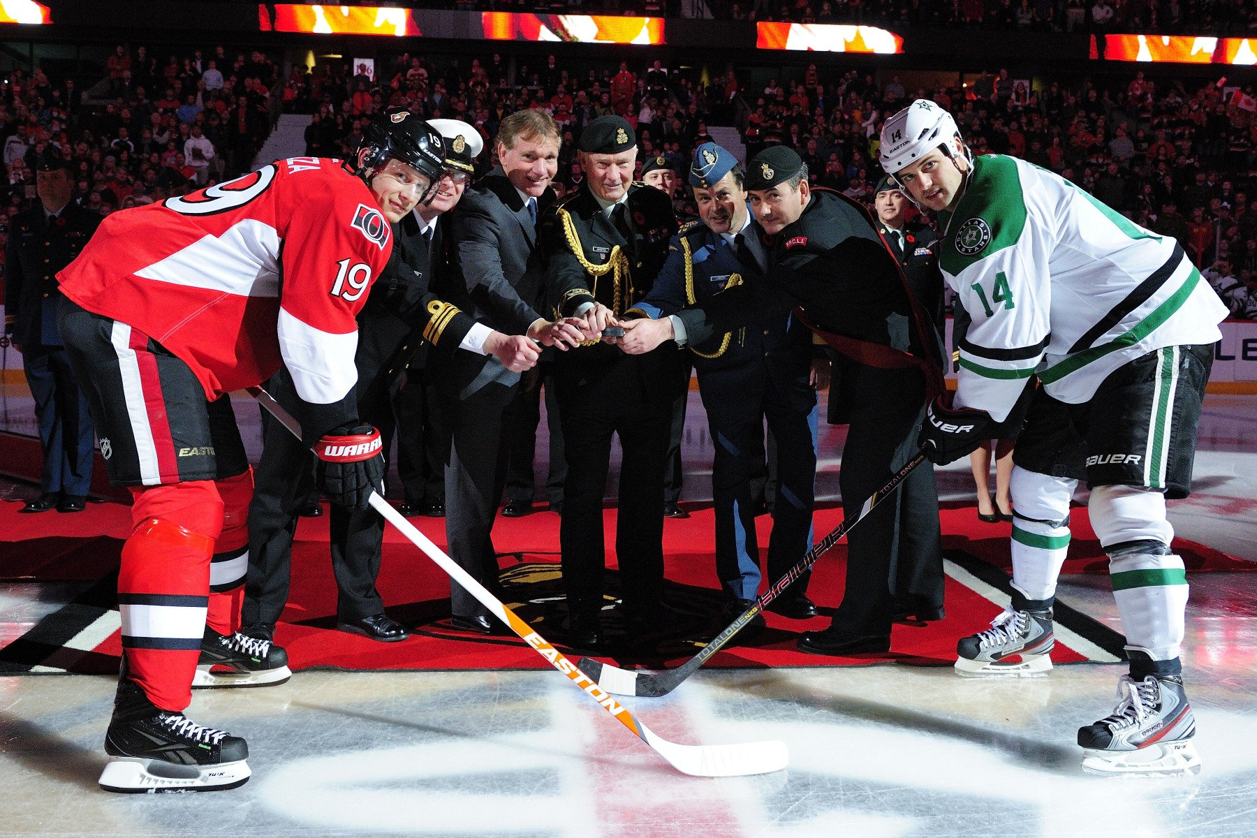 On this occasion, His Excellency, as Commander-in-Chief, and General Tom Lawson participated in the ceremonial puck drop at the beginning of the Ottawa Senators' game against the Dallas Stars.