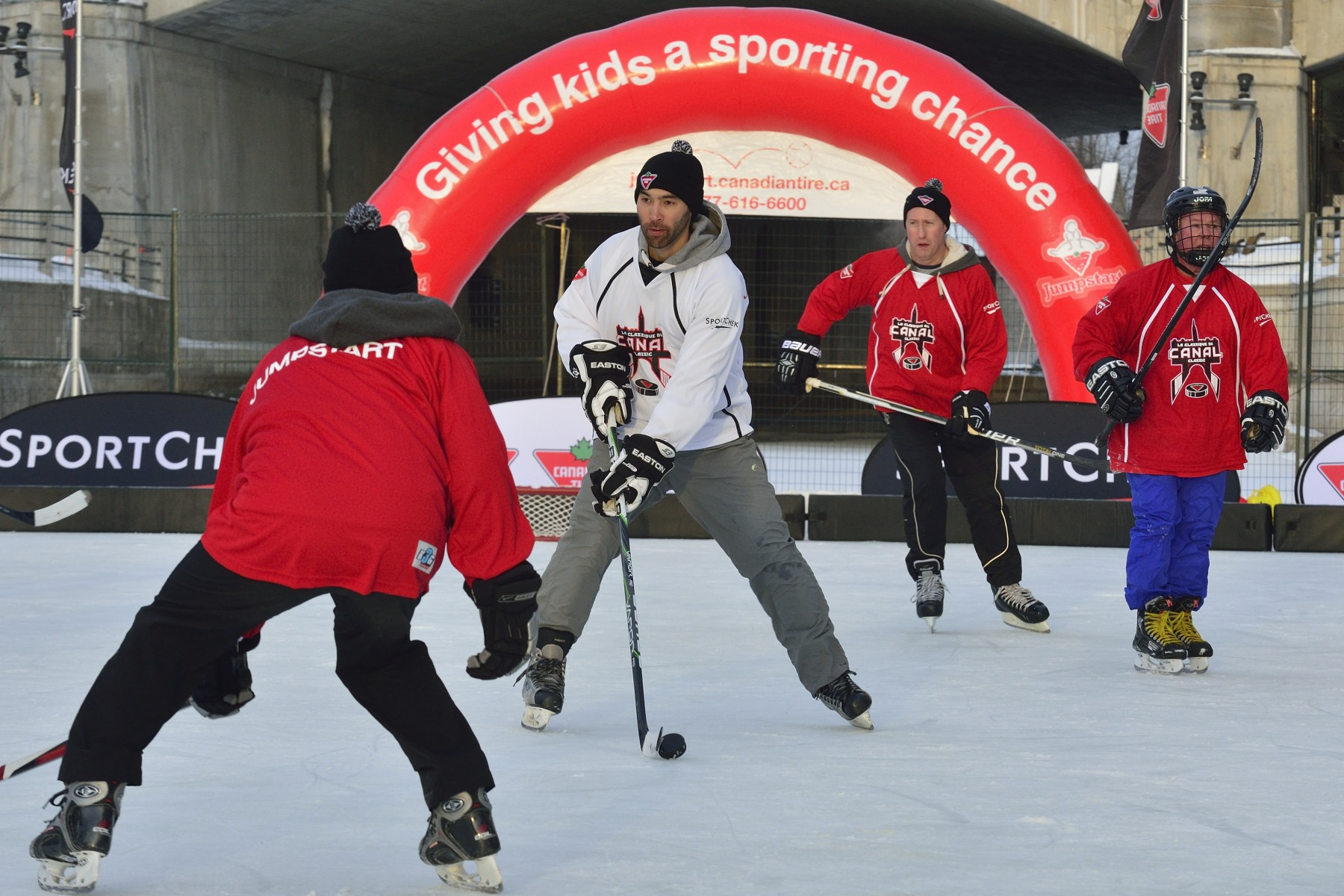The teams were composed of Parliamentarians, NHL and Olympic alumni, members of the media, and representatives from Jumpstart, Canadian Tire and Sport Chek.