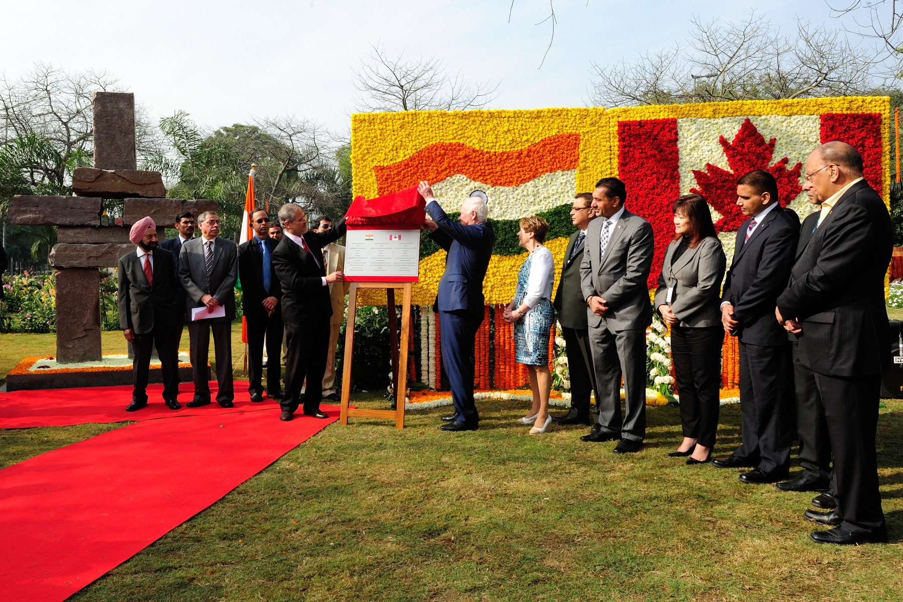 At the beginning of the day, Their Excellencies unveiled and presented an inuksuk on behalf of the people of Canada to the people of India as a symbol of the friendship and co-operation shared between both countries.