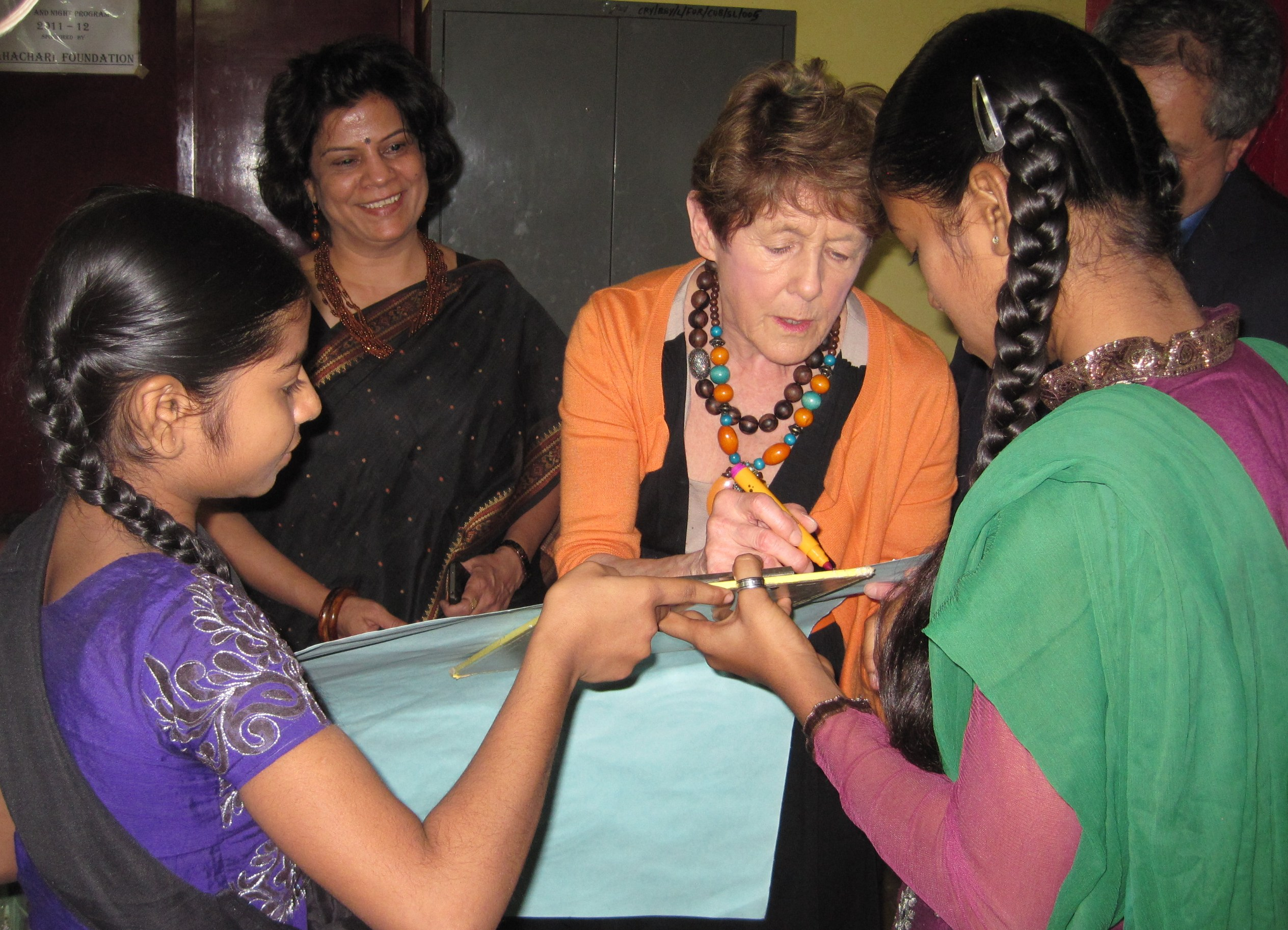 During her visit, she interacted with current and past beneficiaries of the Udaan project—daughters of women in brothel-based prostitution and other marginalized girls between the ages of 6 and 18— to discuss the challenges of integration and the positive changes in their lives. In honour of her visit, Her Excellency signed her name on a drawing crafted by the children.