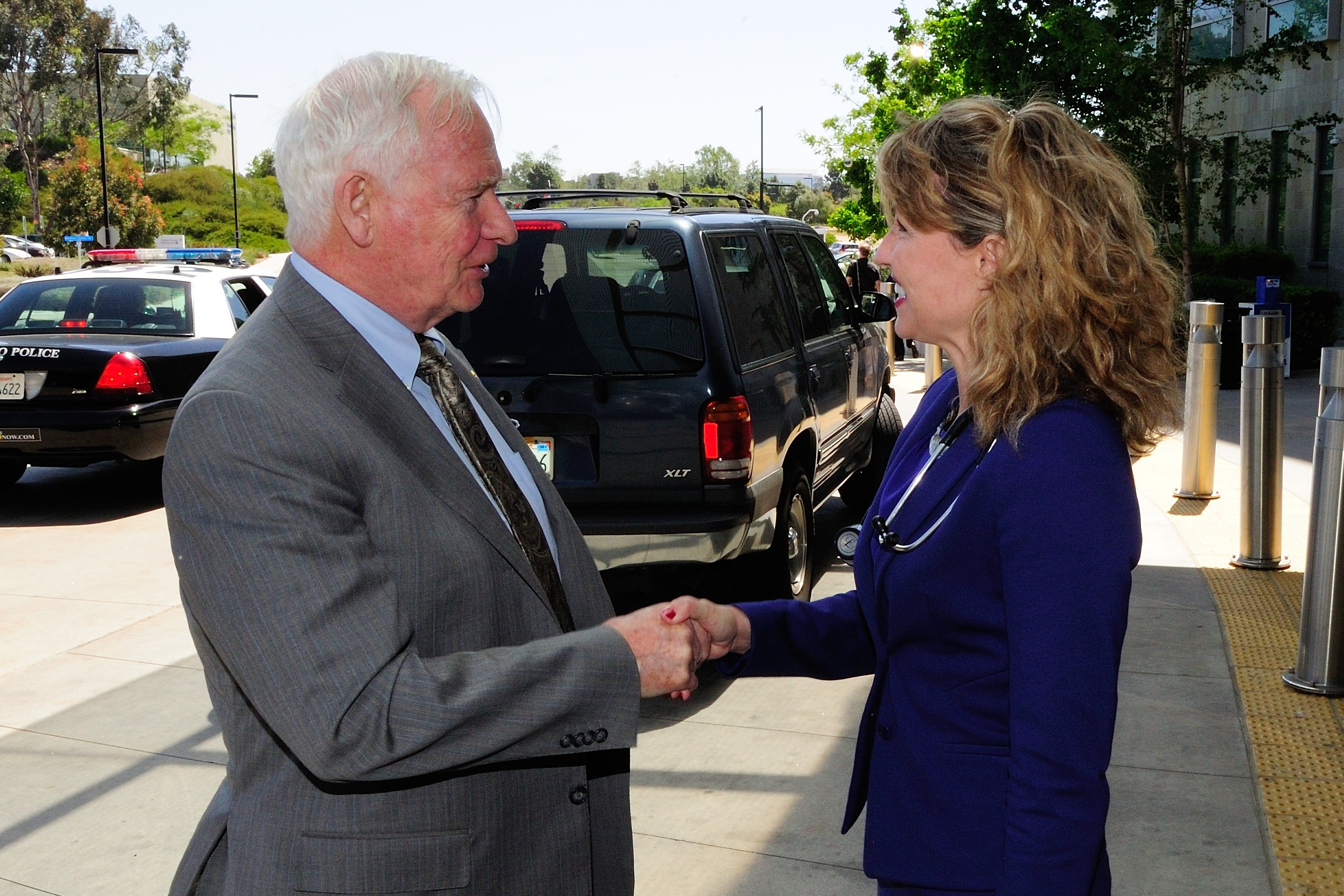 Upon his arrival at the Moores Cancer Center at the University of California San Diego (UCSD), the Governor General was welcomed by Dr. Catriona Jamieson, Director of Stem Cell Research. His Excellency participated in a discussion with researchers from UCSD and the Canada-California Strategic Innovation Partnership in Cancer Stem Cells (CCSIP) to review the progress of this successful initiative and discuss future opportunities.