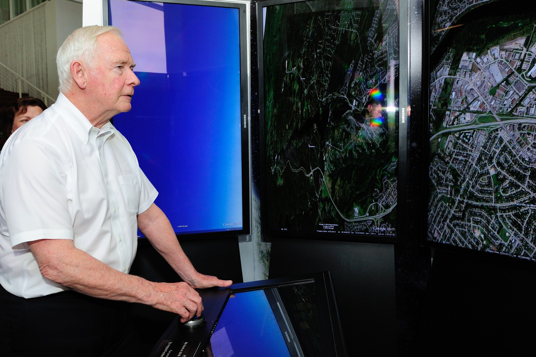 During the visit, His Excellency tried Google Earth, a virtual globe, map and geographical information program.