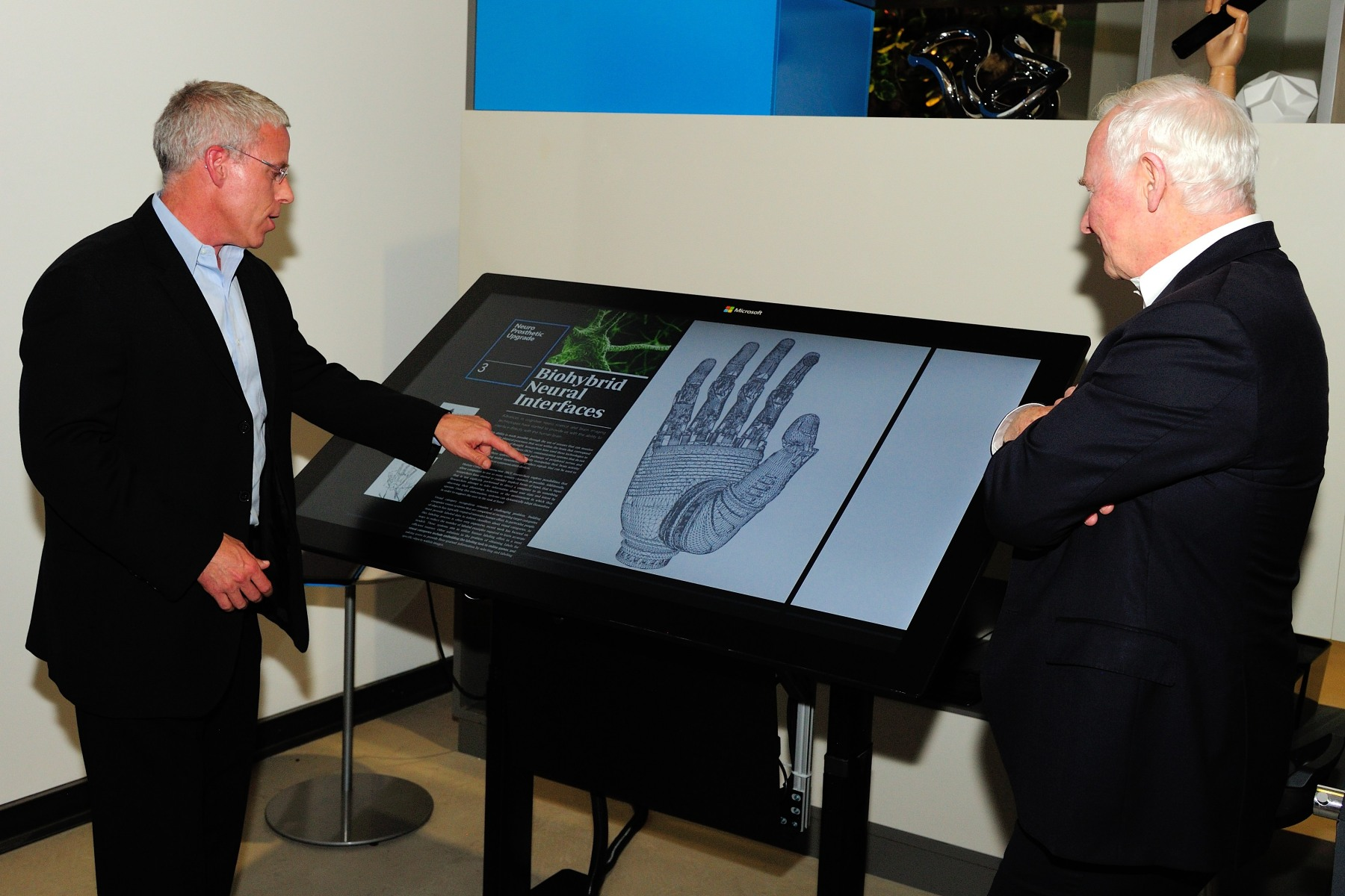 Mr. John Payes, Technical Account Manager, offered some explanations to His Excellency. Highlighted technologies at Microsoft's Envisioning Center include workplace collaboration tools, novel touchscreens, voice recognition and ubiquitous computing.