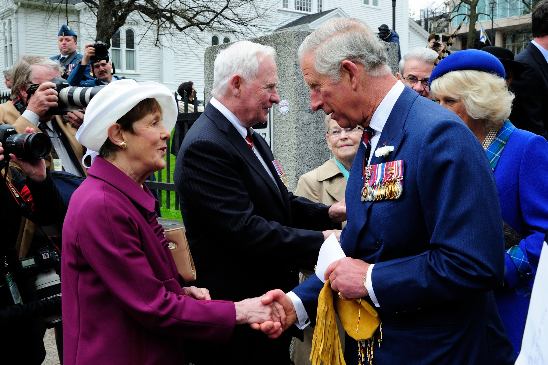 Following the ceremony, Their Excellencies bid Their Royal Highnesses farewell.