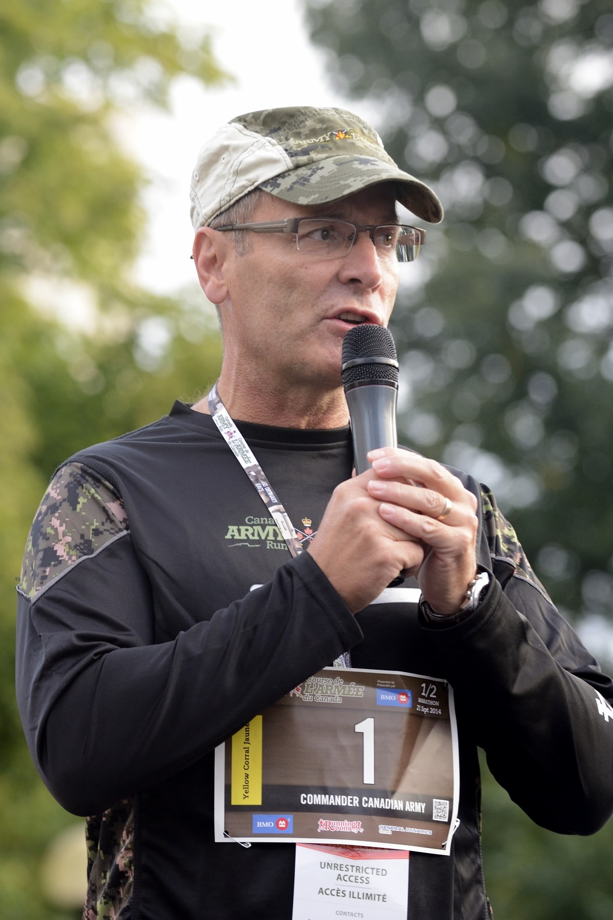 Lieutenant-General Marquis Hainse, Commander of the Canadian Army, addressed the thousands of participants before the race.