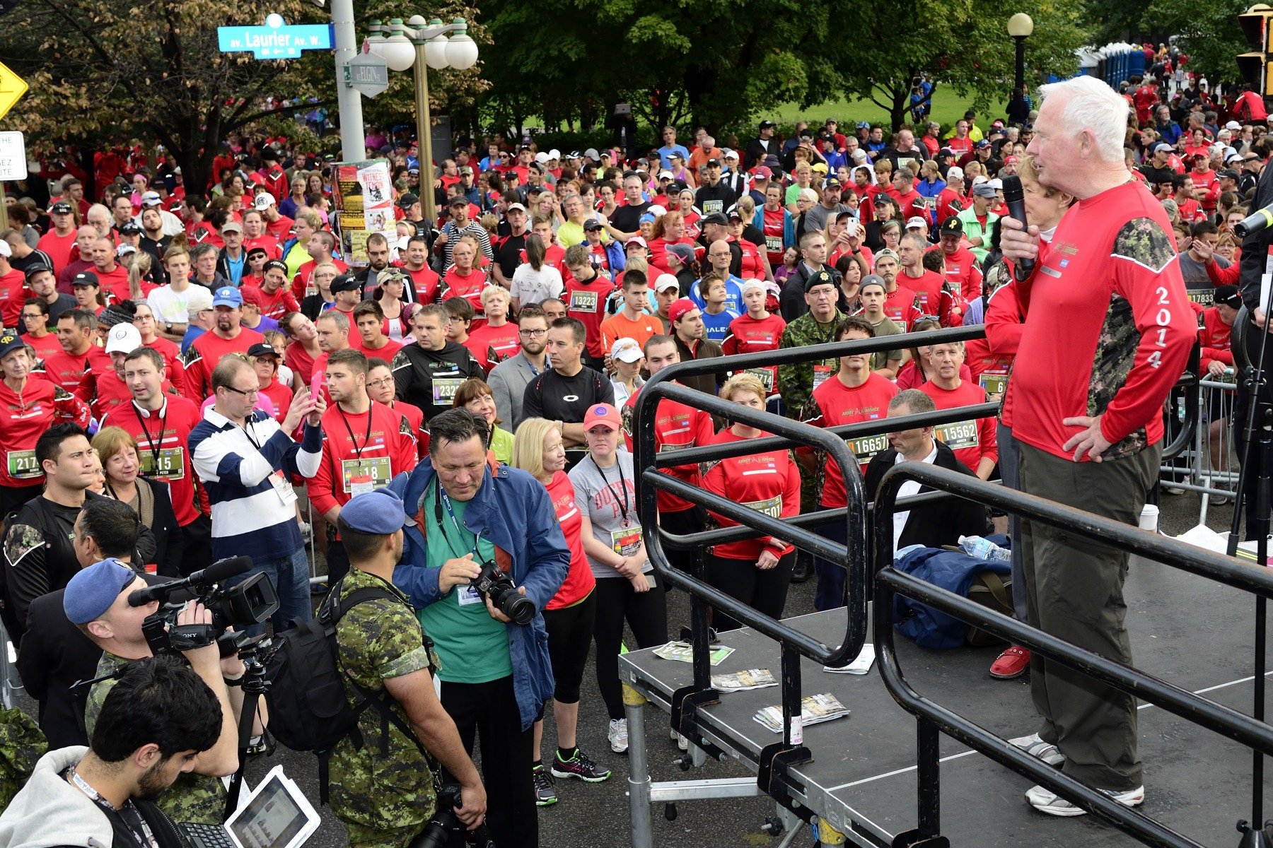 His Excellency thanked all the participants and invited the public to join him at Rideau Hall to cheer on half-marathon participants as they make their way through the grounds.