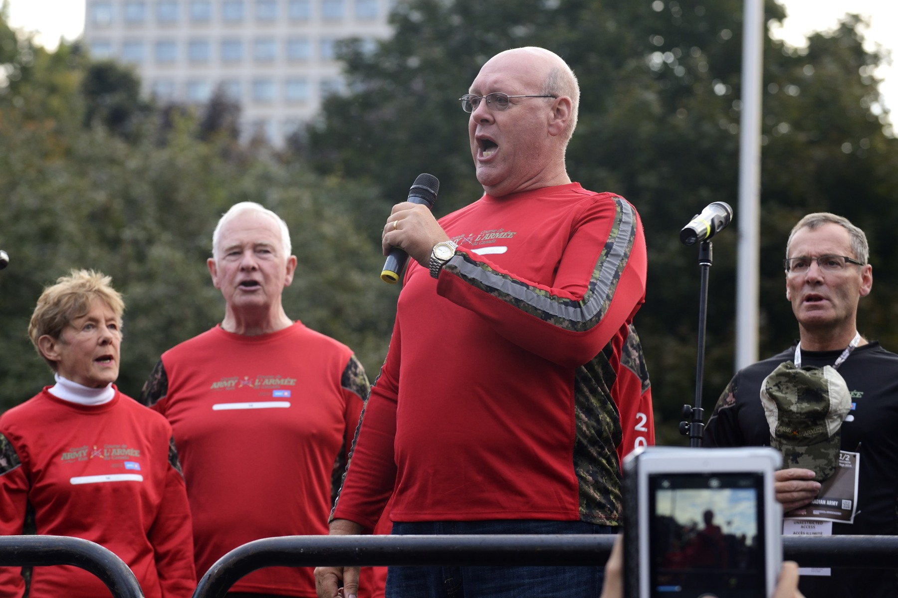 Retired police officer Lyndon Slewidge sang the national anthem before the official start of the 5-kilometre and half-marathon races.
