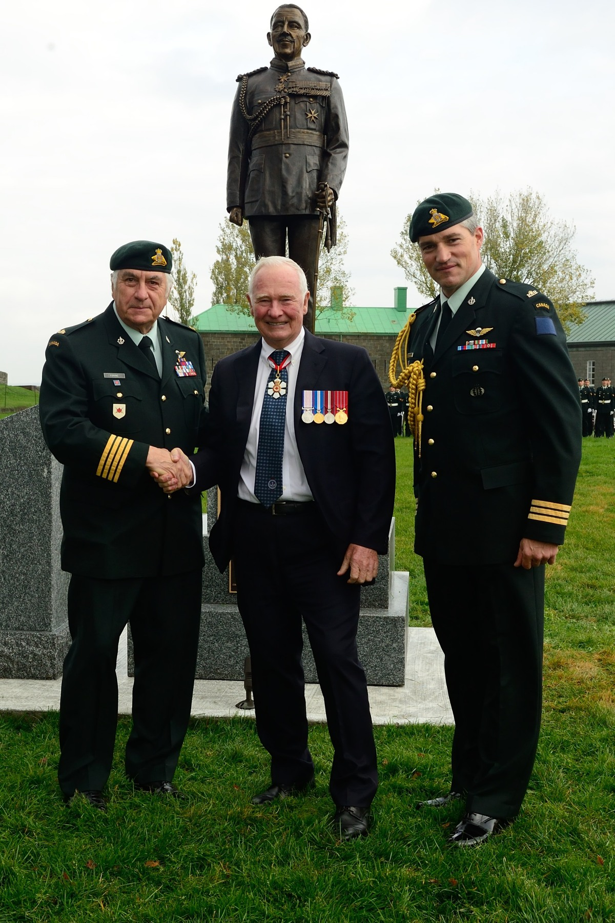 The Governor General is pictured alongside Major-General Alain Forand (retired), Colonel of the Royal 22e Régiment (left) and Lieutenant-Colonel Gervais Carpentier, Commanding Officer of the 2nd Batallion of the Royal 22e Régiment (right).