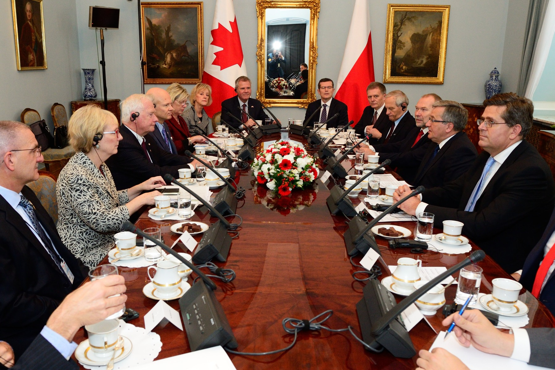 In addition, Canadian delegates, joined by the Governor General, met with the President and with representatives of the Polish government to discuss Canada-Poland relations.