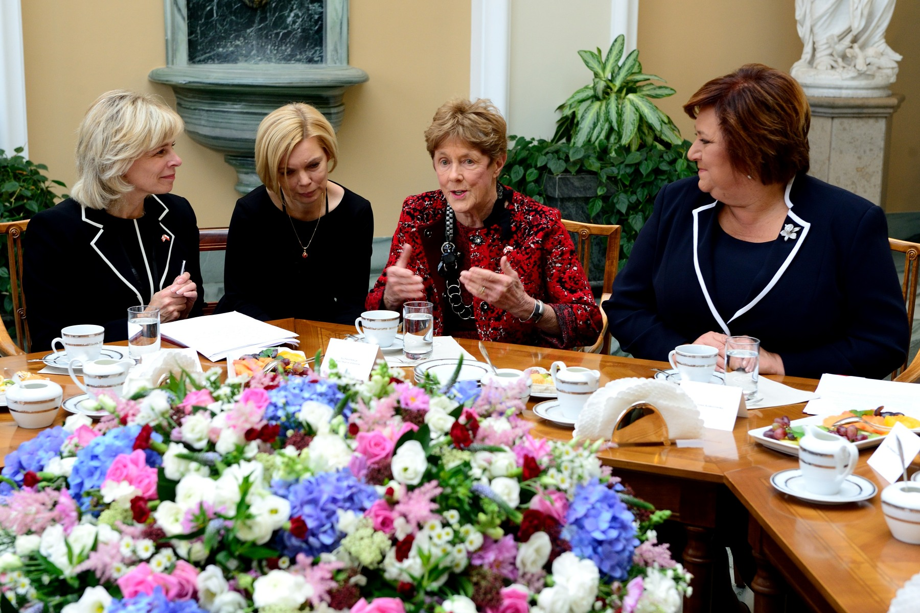 Meanwhile, Her Excellency Sharon Johnston and First Lady Anna Komorowska engaged in a discussion with representatives of Polish NGOs to discuss important social issues affecting Poland today.