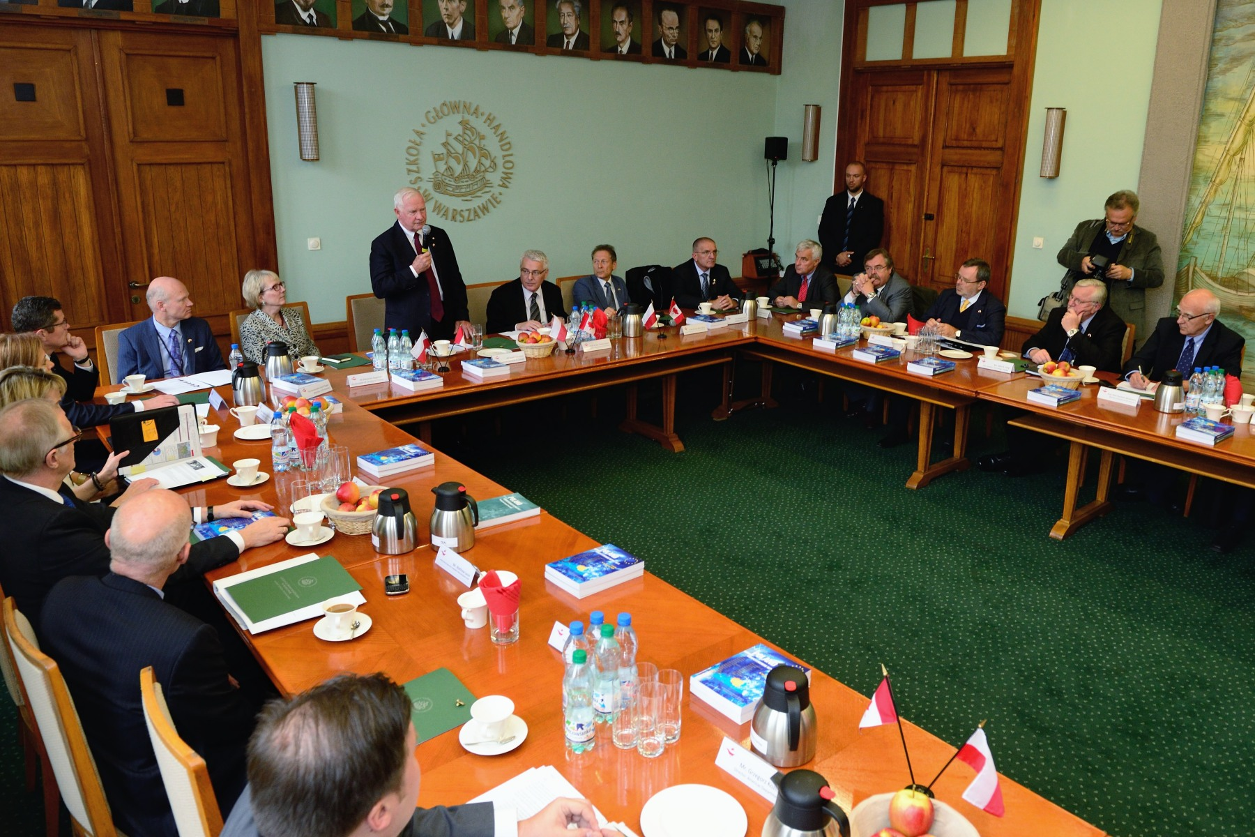 The Governor General delivered the opening remarks at a round-table discussion with rectors and senior officials of the main Warsaw-based universities. Opportunities for increased partnership and collaboration between Canadian and Polish institutions across a broad range of areas such as joint research, joint programming, academic exchange and student mobility were addressed.