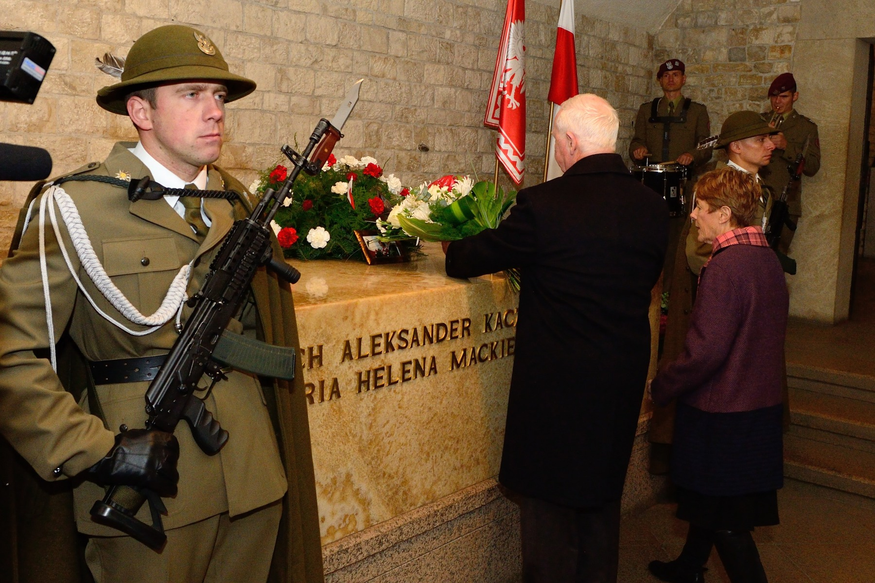 At the end of their visit, Their Excellencies laid a wreath of flowers on the tomb of the former President Lech Kaczynski, in Wawel Cathedral.