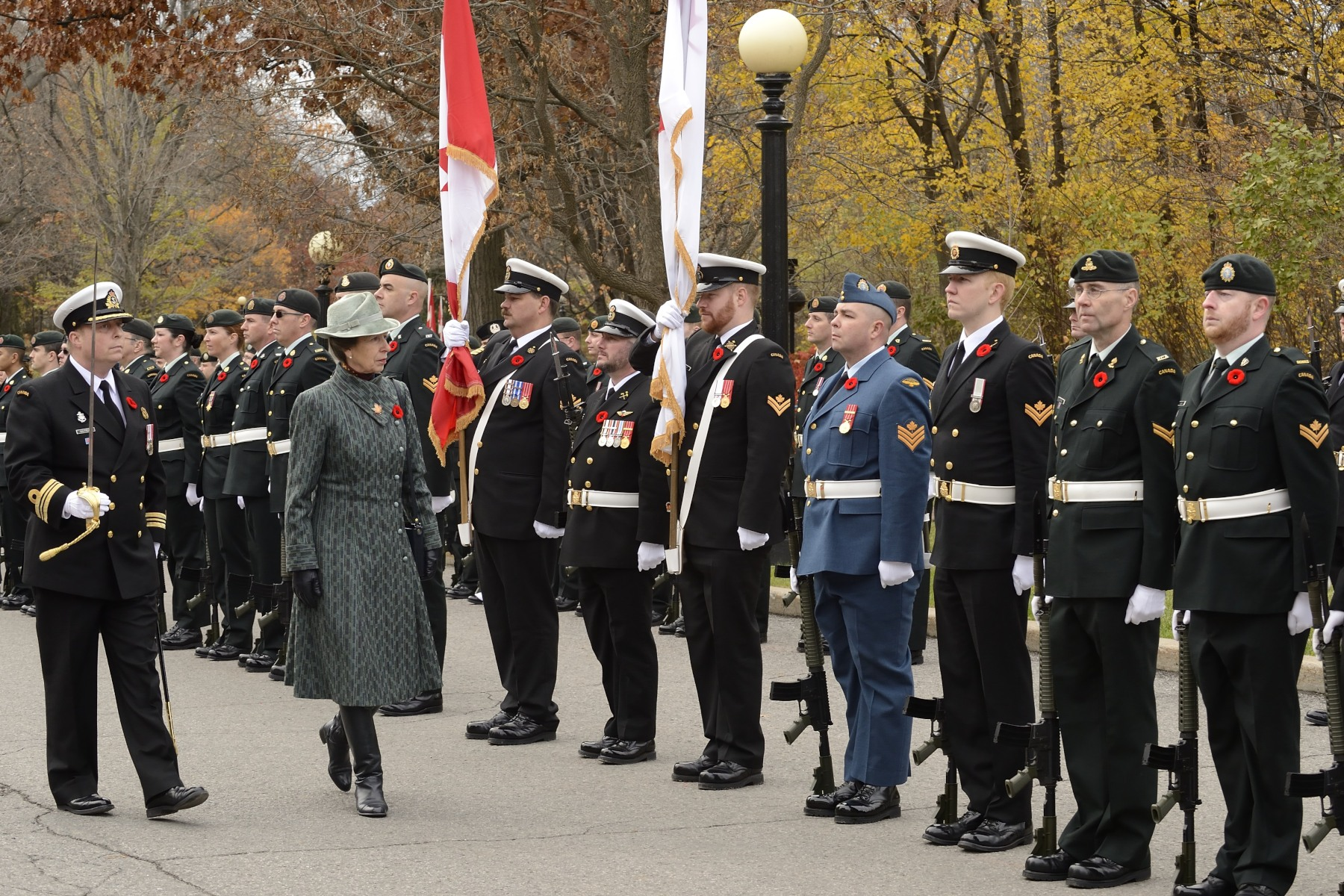 Her Royal Highness proceeded to the inspection of a guard of honour composed of members of the Canadian Armed Forces.