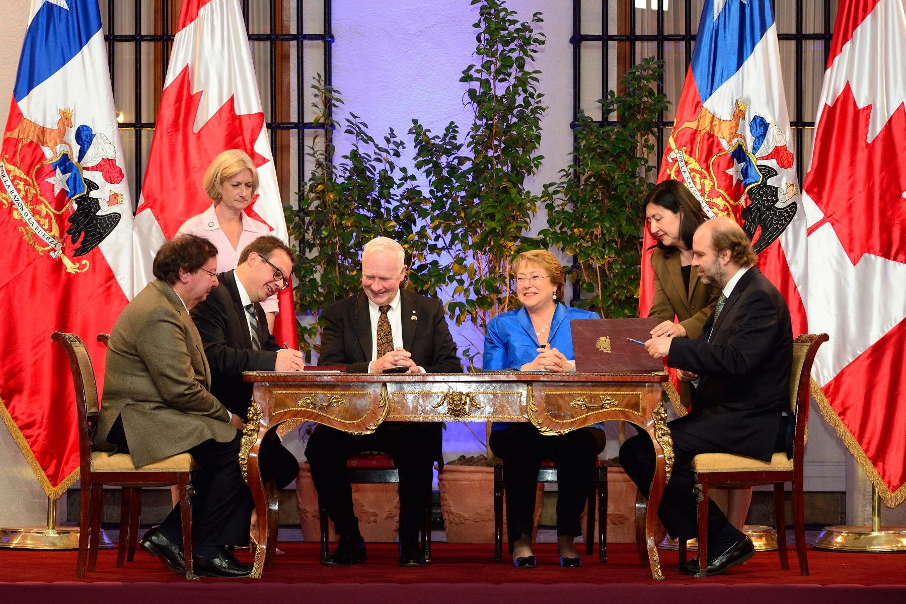 Before meeting members of the media, His Excellency and President Bachelet took part in a signing ceremony.