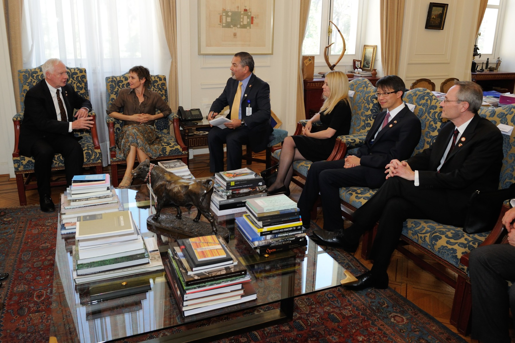 The Governor General and members of the Canadian delegation then met with Carolina Tohá Morales, Mayor of Santiago.