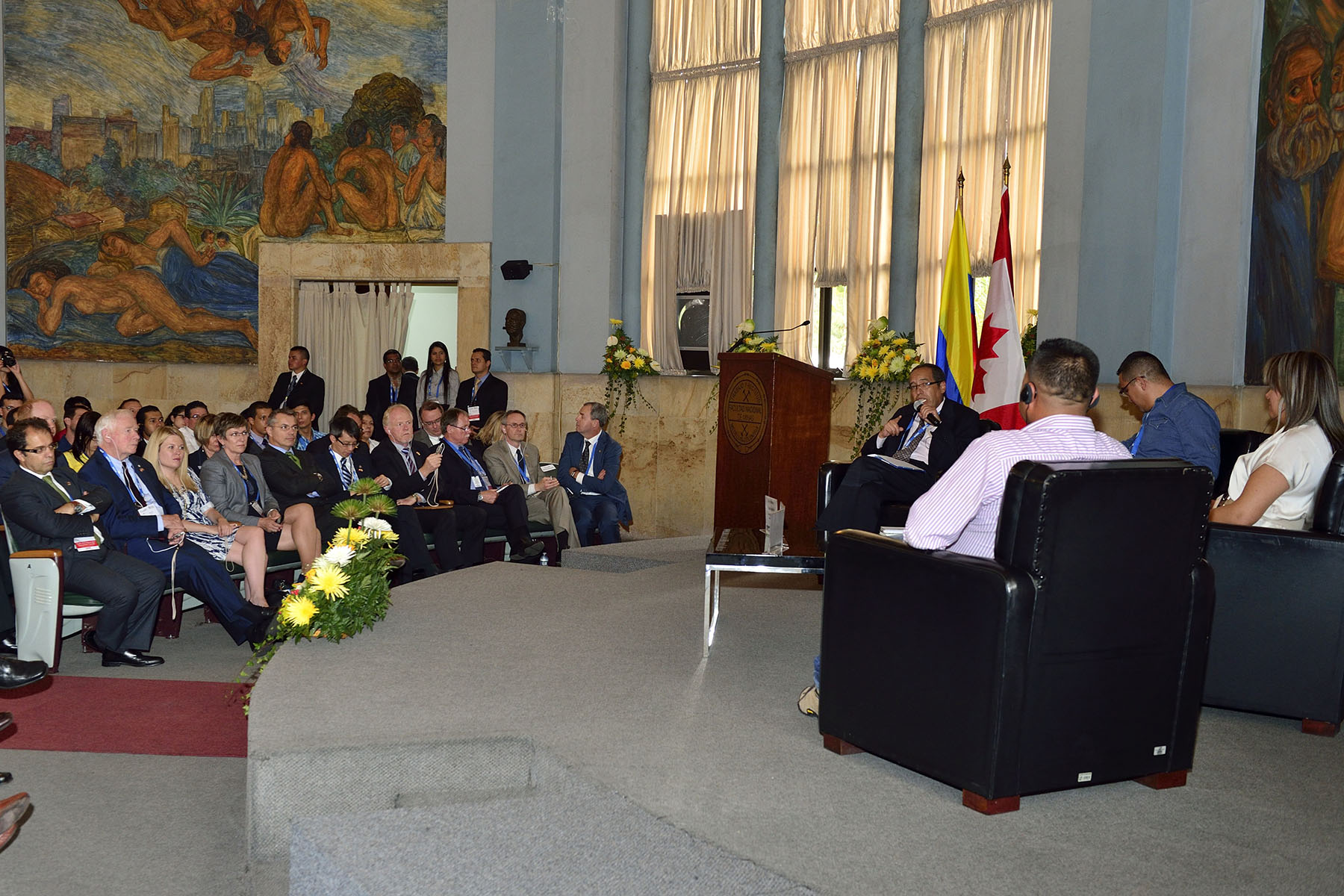 The Governor General visited the Faculty of Mines of the National University of Antioquia. He heard testimonials from two local miners who have transitioned from illegal to formal mining. Colombia is the world's tenth-largest producer and fourth-largest exporter of coal, with an annual production of 85.5 million tons in 2013. With over 40 active mining exploration and production firms, Canadian presence accounts for more than 60 per cent of Colombia's mineral (hard rock) exploration market.