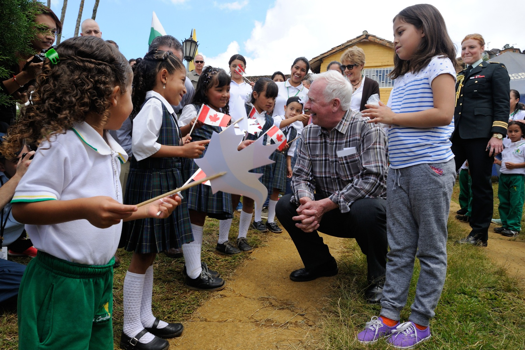 Their Excellencies then proceeded to Fundación Cometa, a local organization that provides access to education and training, to engage with development partners, beneficiaries and local authorities. They were greeted by children, who waved proudly the Canadian and Colombian flags.