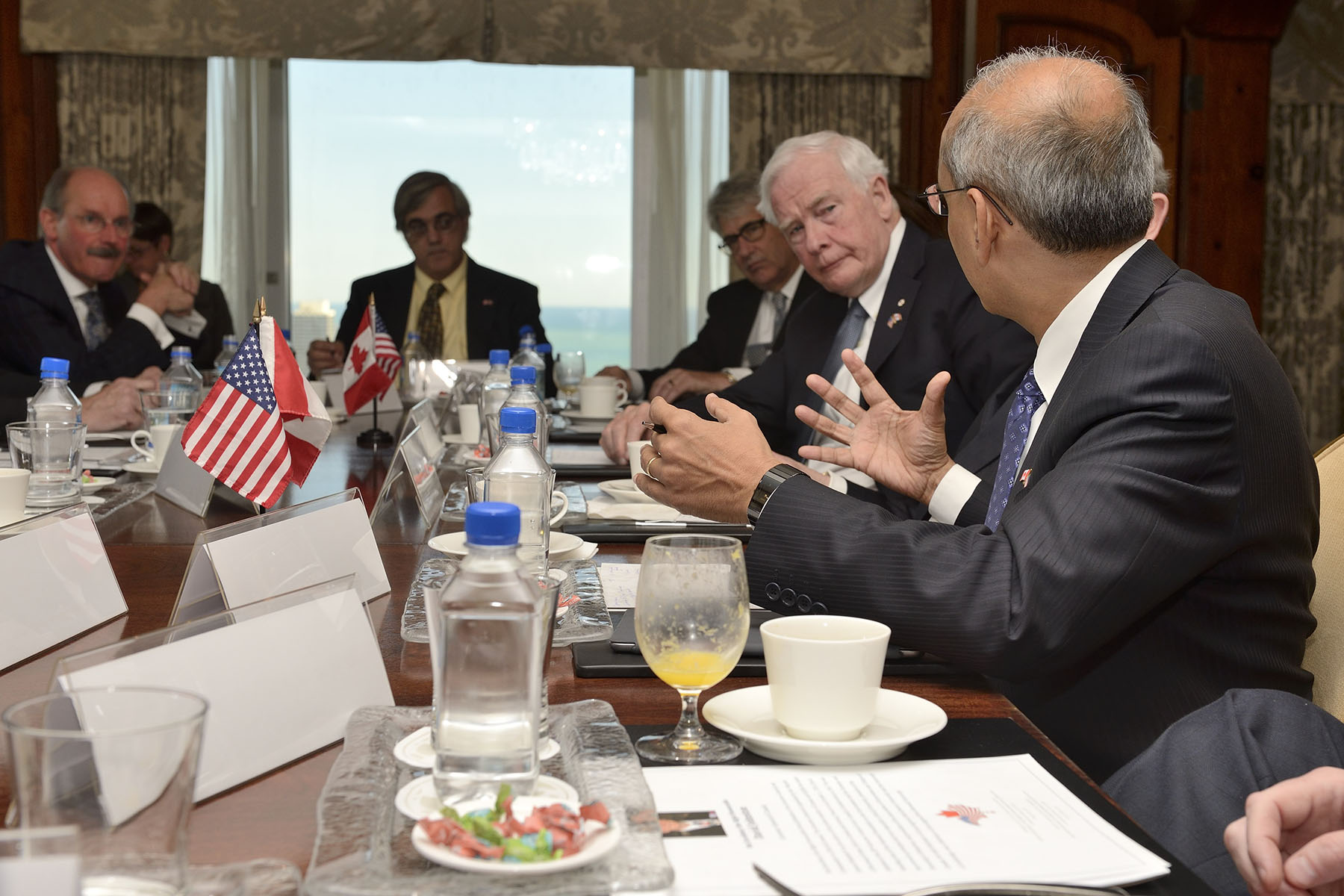 On April 27, 2015, Governor General Johnston met with university leaders from leading research institutions based in Illinois, Missouri and Wisconsin, along with their counterparts from Canadian institutions, to discuss academic co-operation and joint innovation research between leading Canadian and U.S. institutions. The round-table discussion took place in Chicago, Illinois.