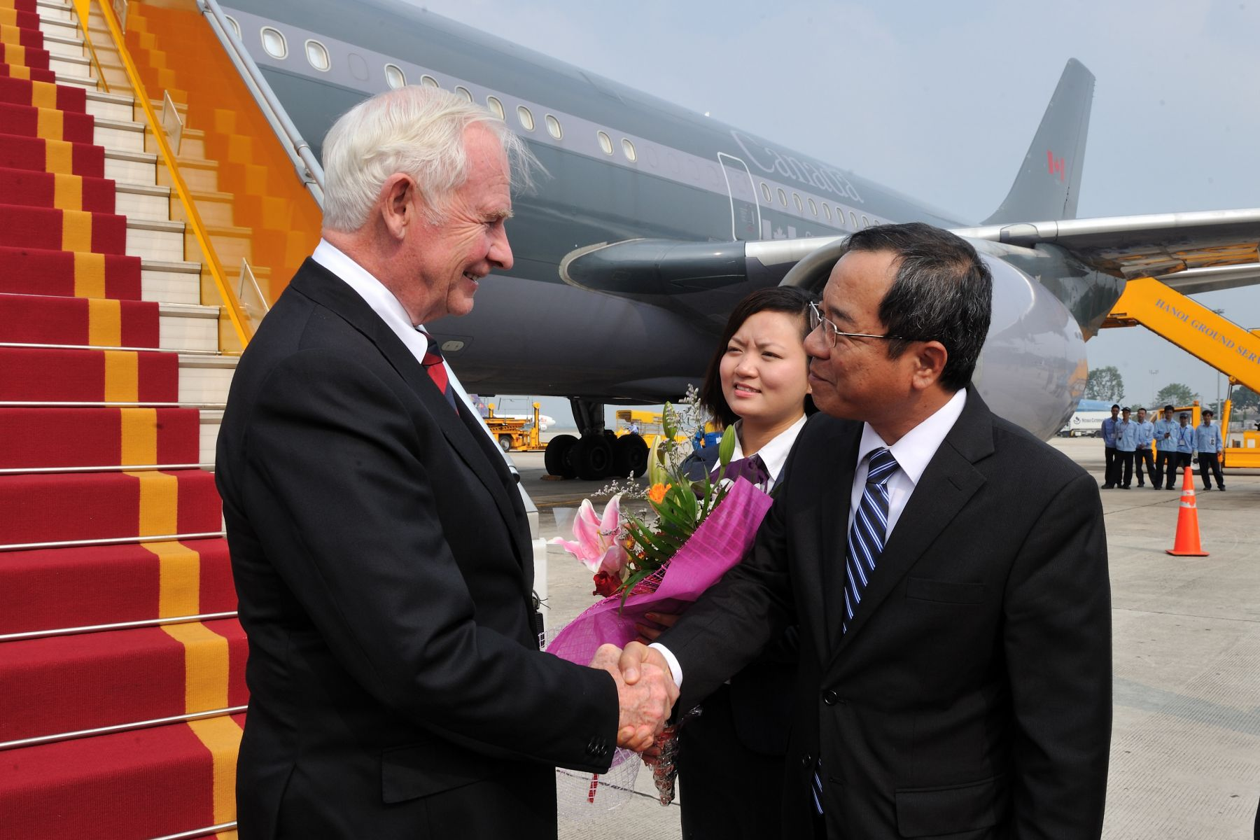 Upon his arrival in Hanoi, His Excellency was welcomed by His Excellency Dao Viet Trung, Chairman of the President's Office.