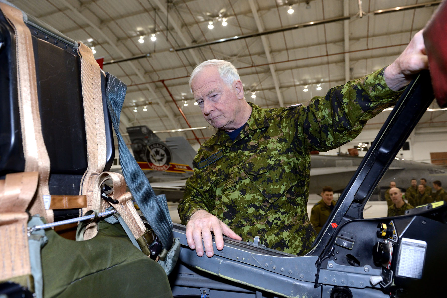 His Excellency looked into the cockpit of a CT-155 Hawk, a trainer aircraft.