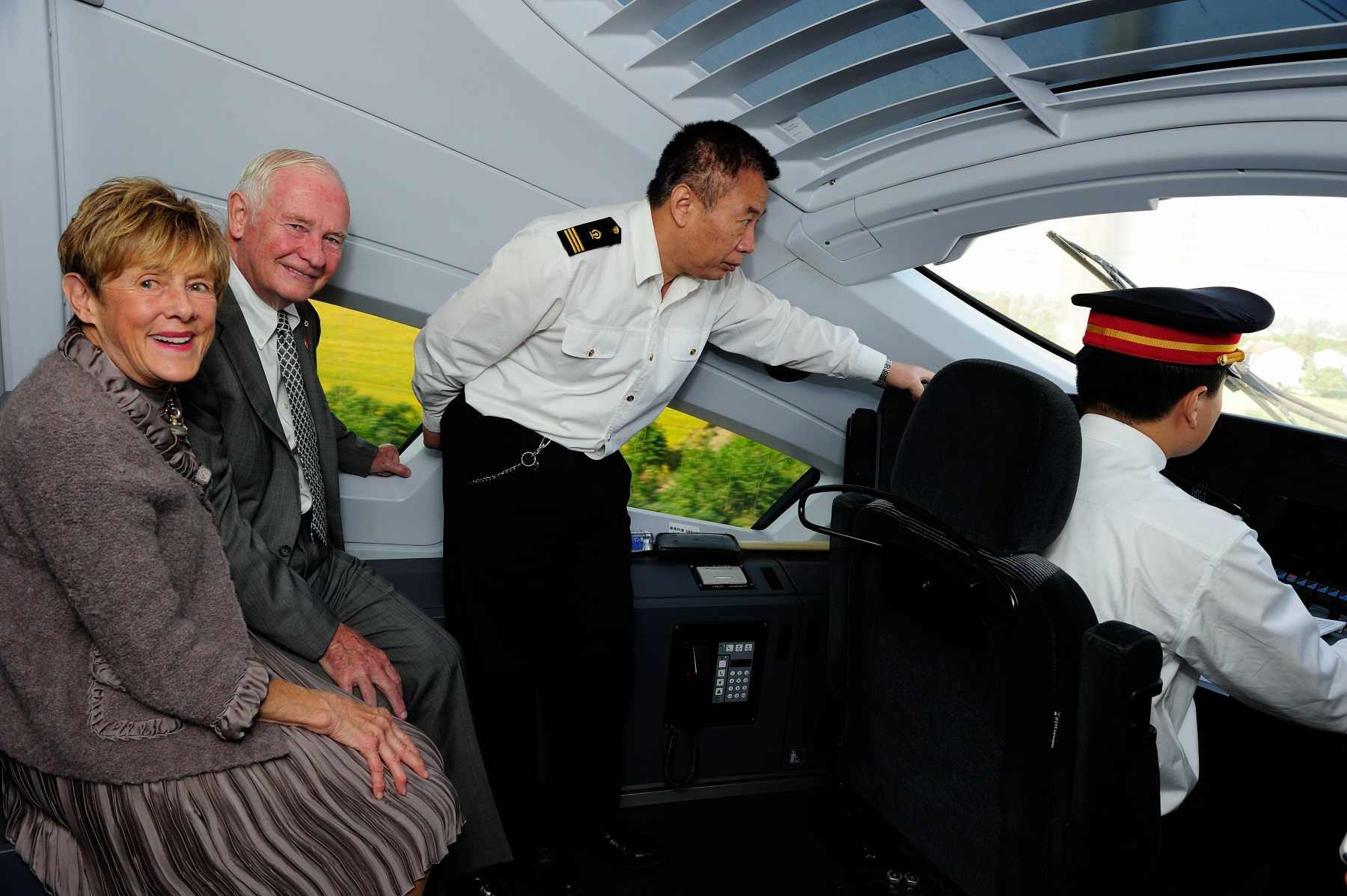 Their Excellencies traveled via high-speed train from Shanghai to Nanjing on October 21, 2013.