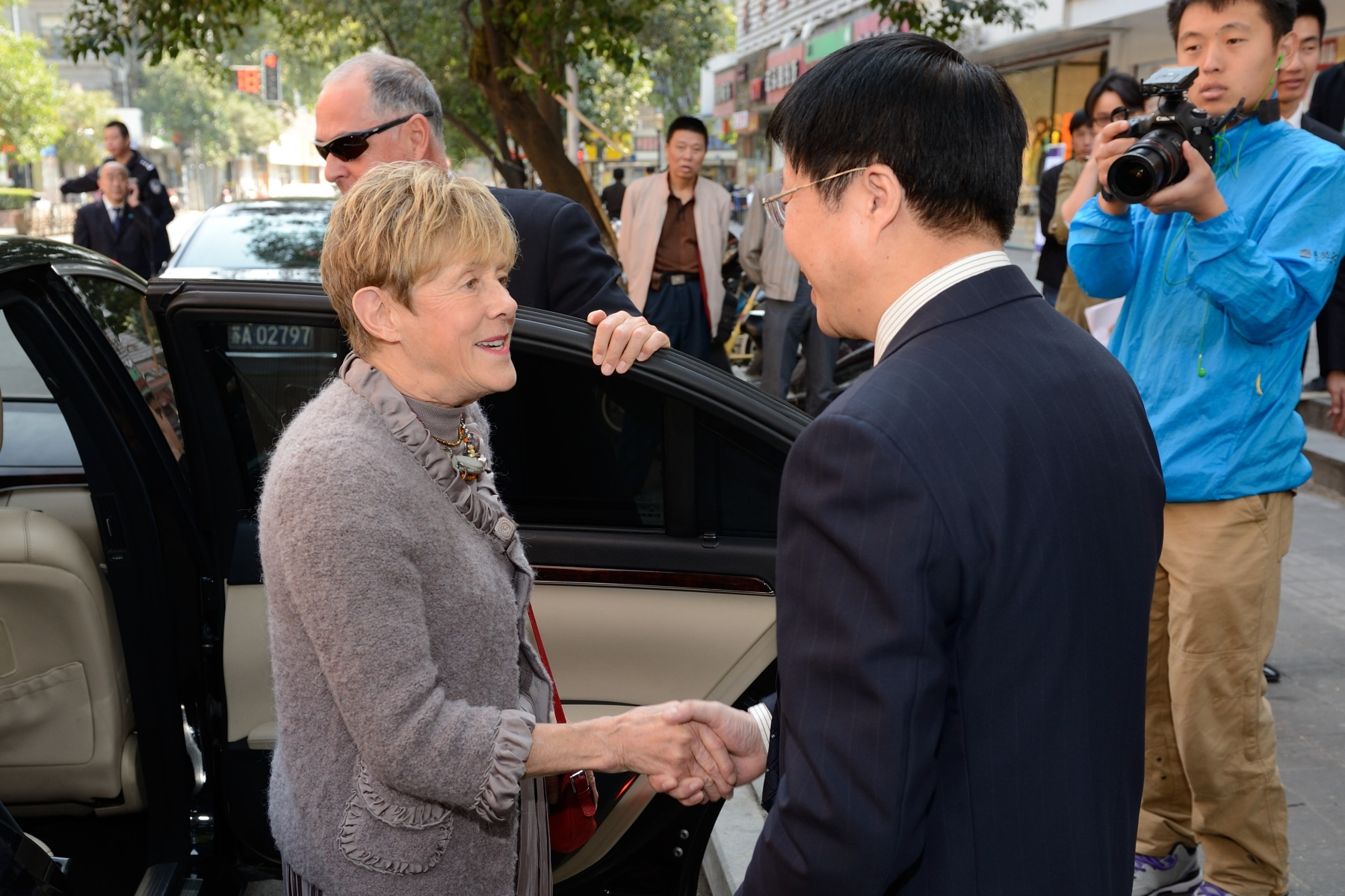 Upon their arrival in Nanjing, Their Excellencies and the Canadian delegation were greeted by local Chinese officials.