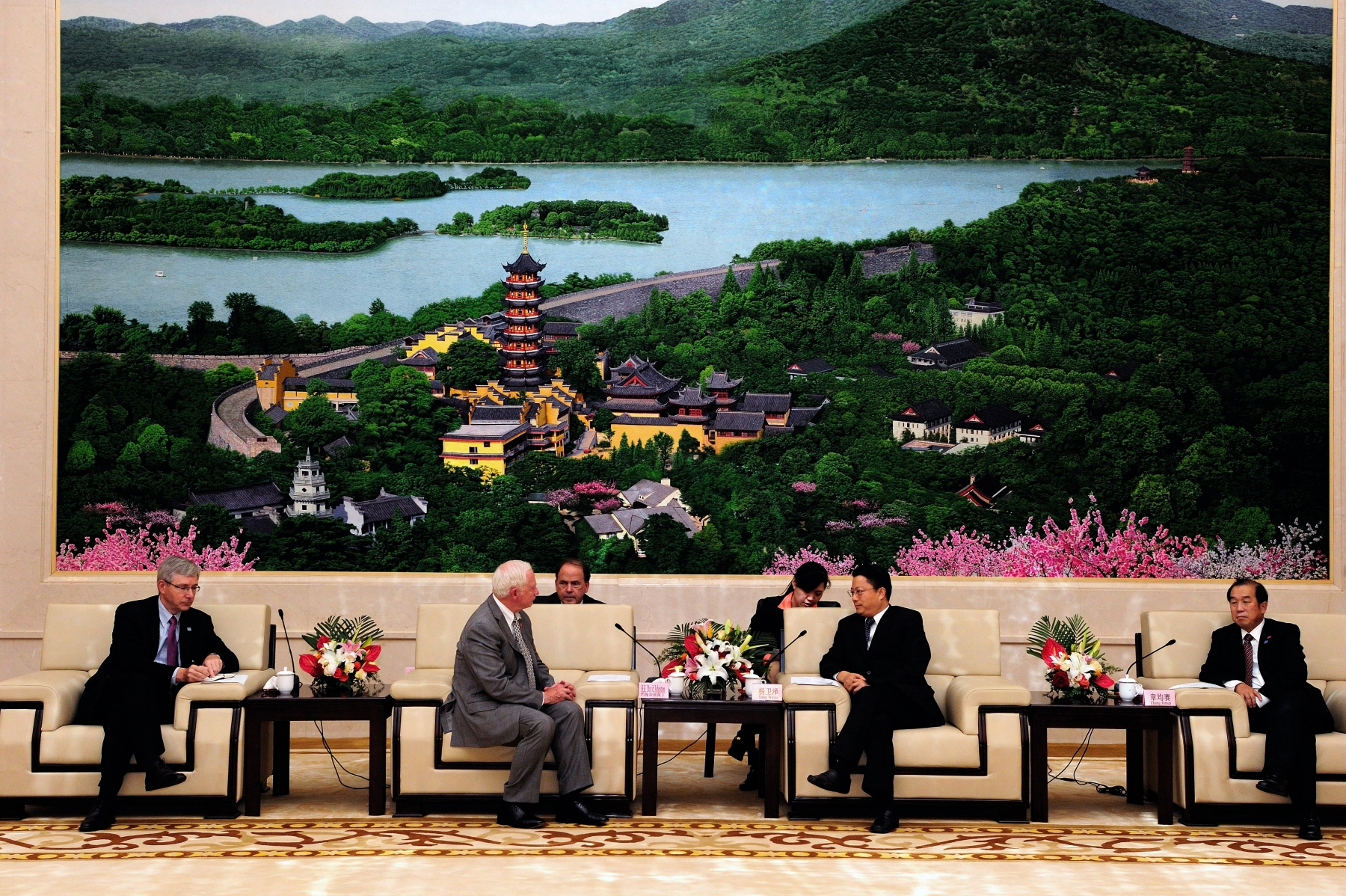 Later that day, the Governor General met with His Excellency Yang Weize, Party Secretary of Nanjing, to discuss Canada's continued engagement in China.