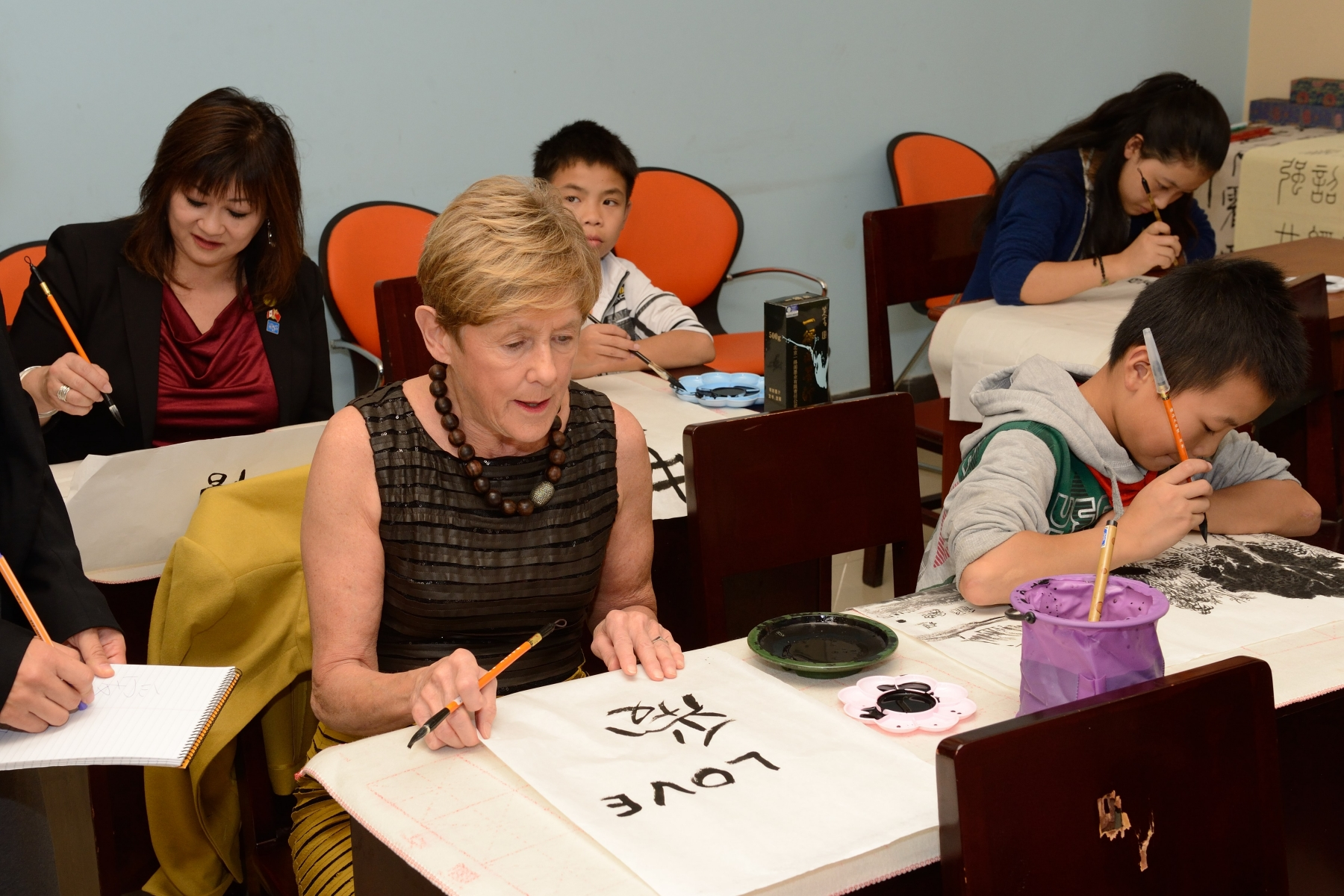 Her Excellency attended calligraphy lessons.