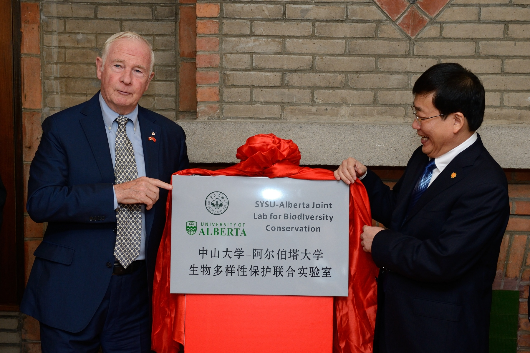 Shortly thereafter, the Governor General and the President of Sun Yat-sen University unveiled a plaque to commemorate the establishment of a joint life sciences lab between both universities.