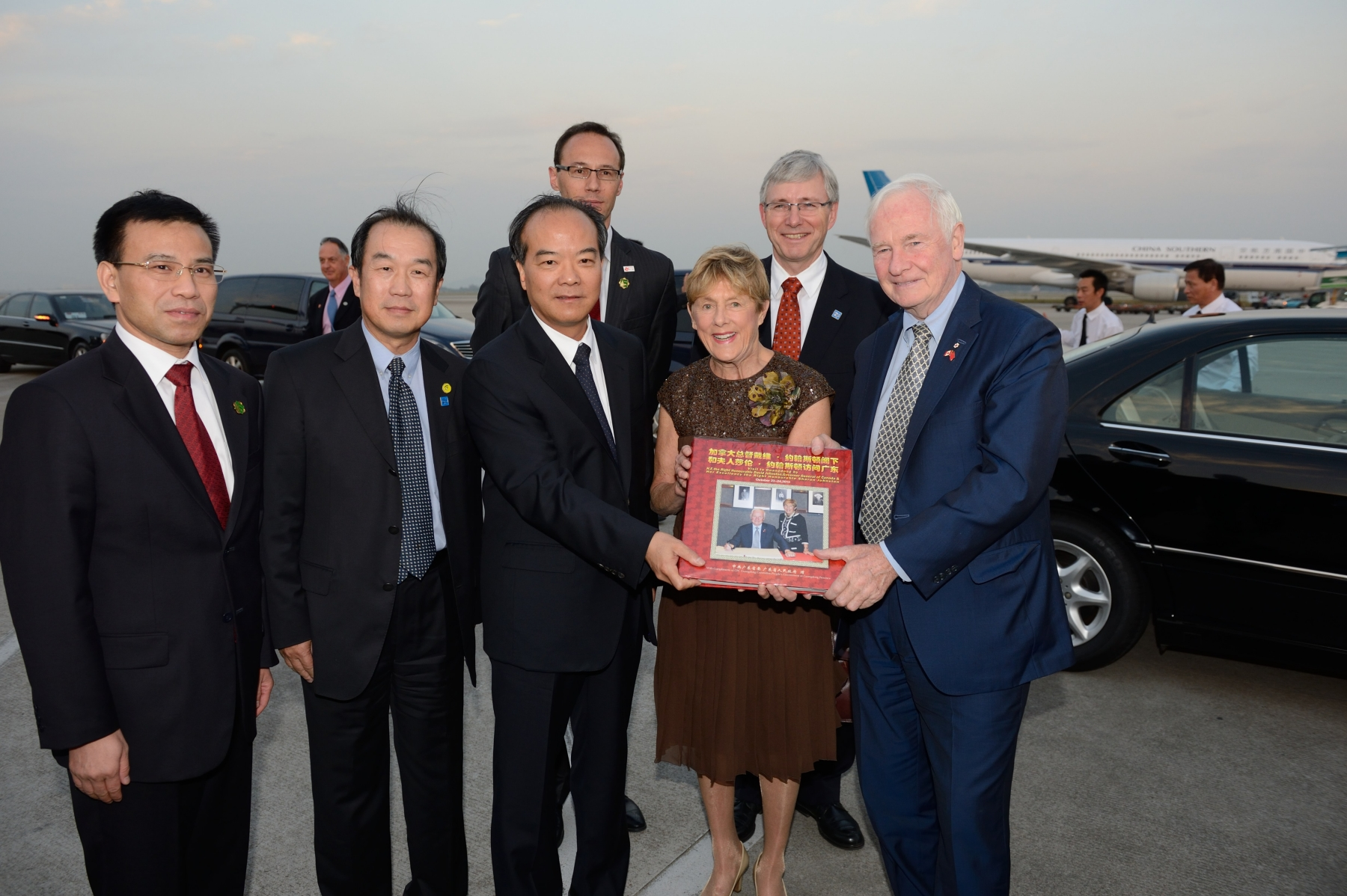 Before their departure from Baiyun International Airport, Their Excellencies were presented with a gift to commemorate their State visit to the People's Republic of China.