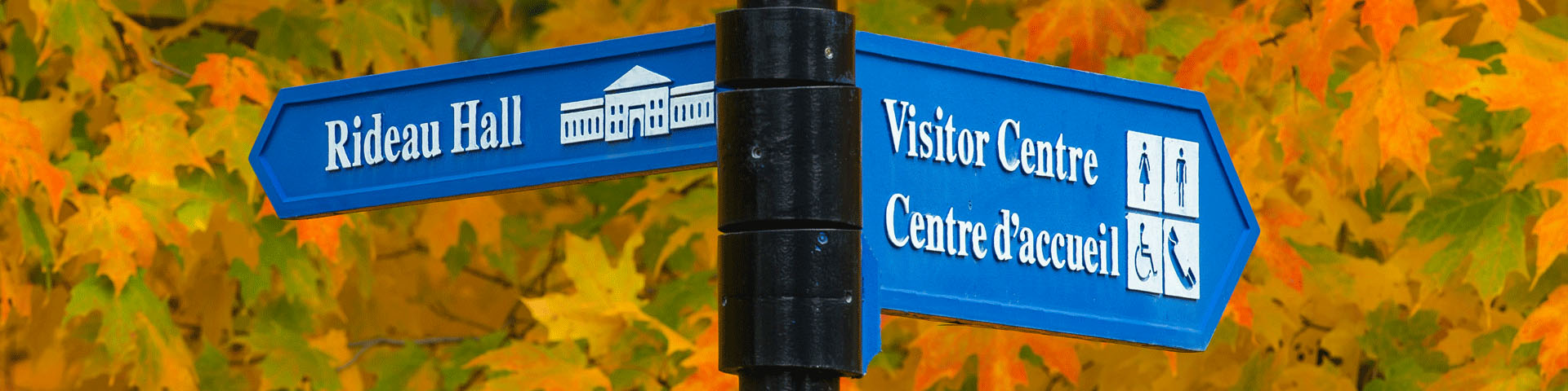 Photo of a wayfinding sign for Rideau Hall and the Visitor Centre