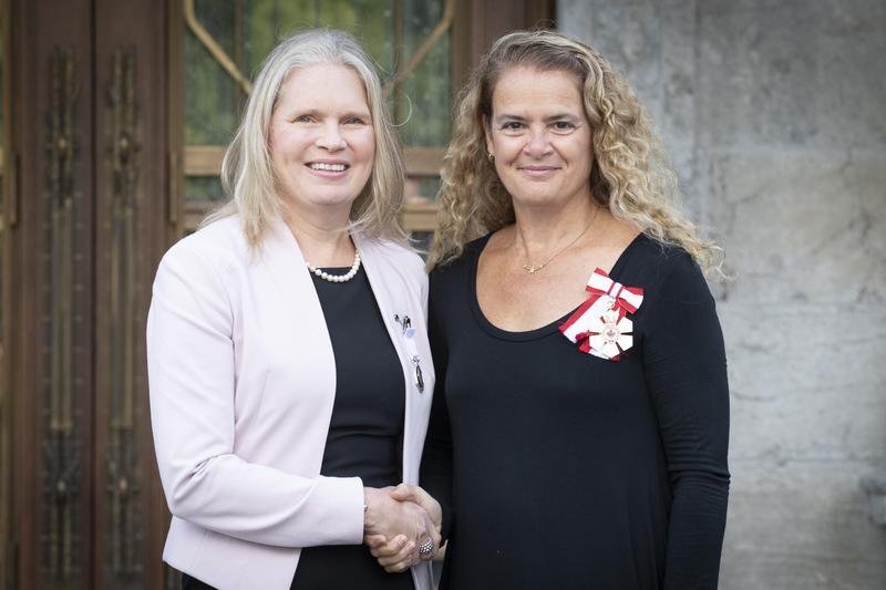 Susan Chatwood, récipiendaire de la Médaille polaire, serre la main de Son Excellence la très honorable Julie Payette, gouverneure générale du Canada