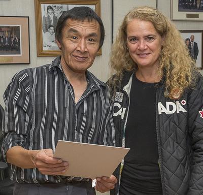 À son arrivée, Son Excellence a été accueillie par le maire de Pangnirtung Son Honneur Stevie Komoartok à la Salle du Conseil.