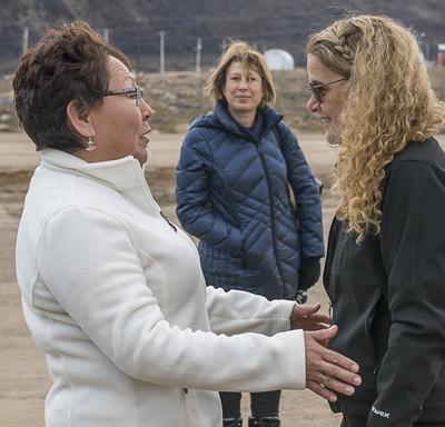 À son arrivée à Qikiqtarjuaq, Son Excellence fut acceuillie par Son Honneur Mary Killiktee, mairesse de Qikiqtarjuaq.