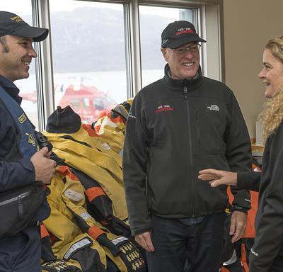 Avant de quitter Qikiqtarjuaq pour le NGCC Amundsen à bord d'un hélicoptère de la garde côtière, Son Excellence a rencontré un officier de la garde côtière et M. Louis Fortier, directeur général d'Amundsen Science et directeur scientifique d'ArcticNet.